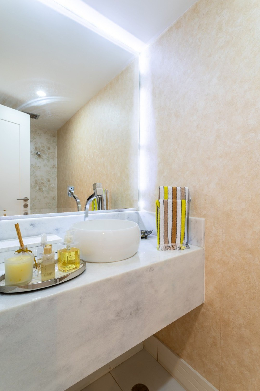 Foto de Cozinha com escova de dente, pia, garrafa