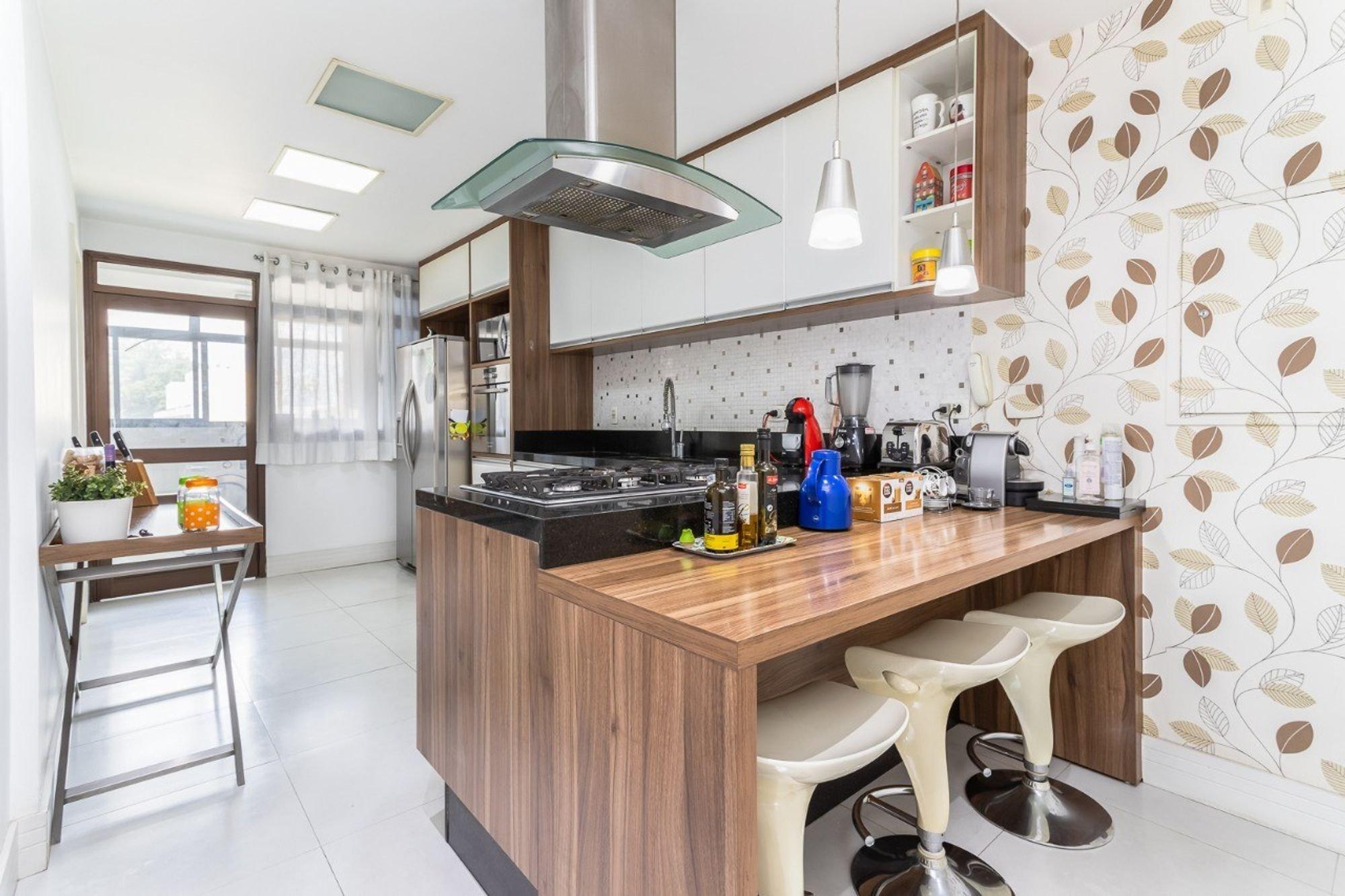 Foto de Cozinha com vaso de planta, garrafa, forno, geladeira, cadeira, mesa de jantar