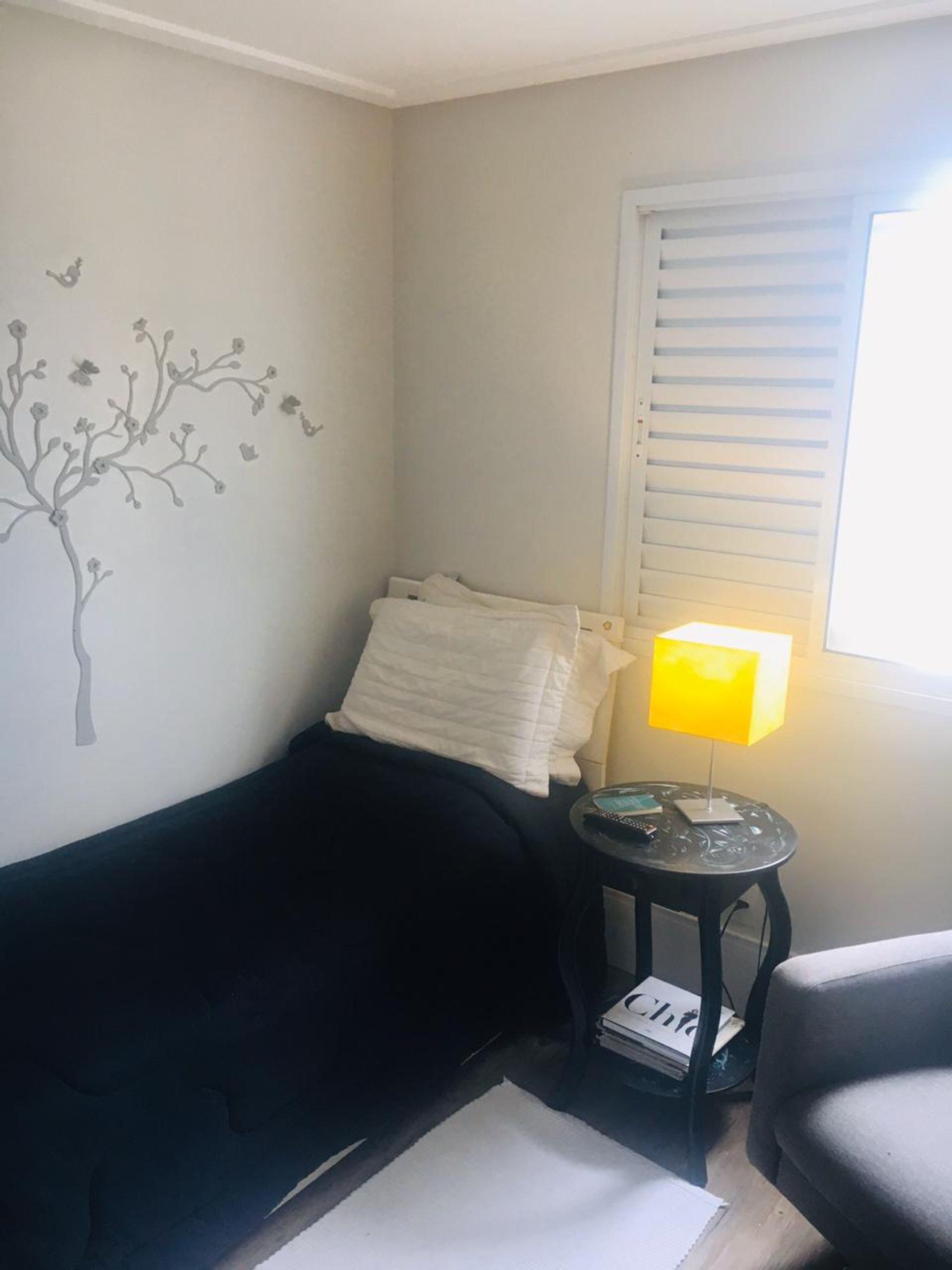Foto de Sala com cama, sofá
