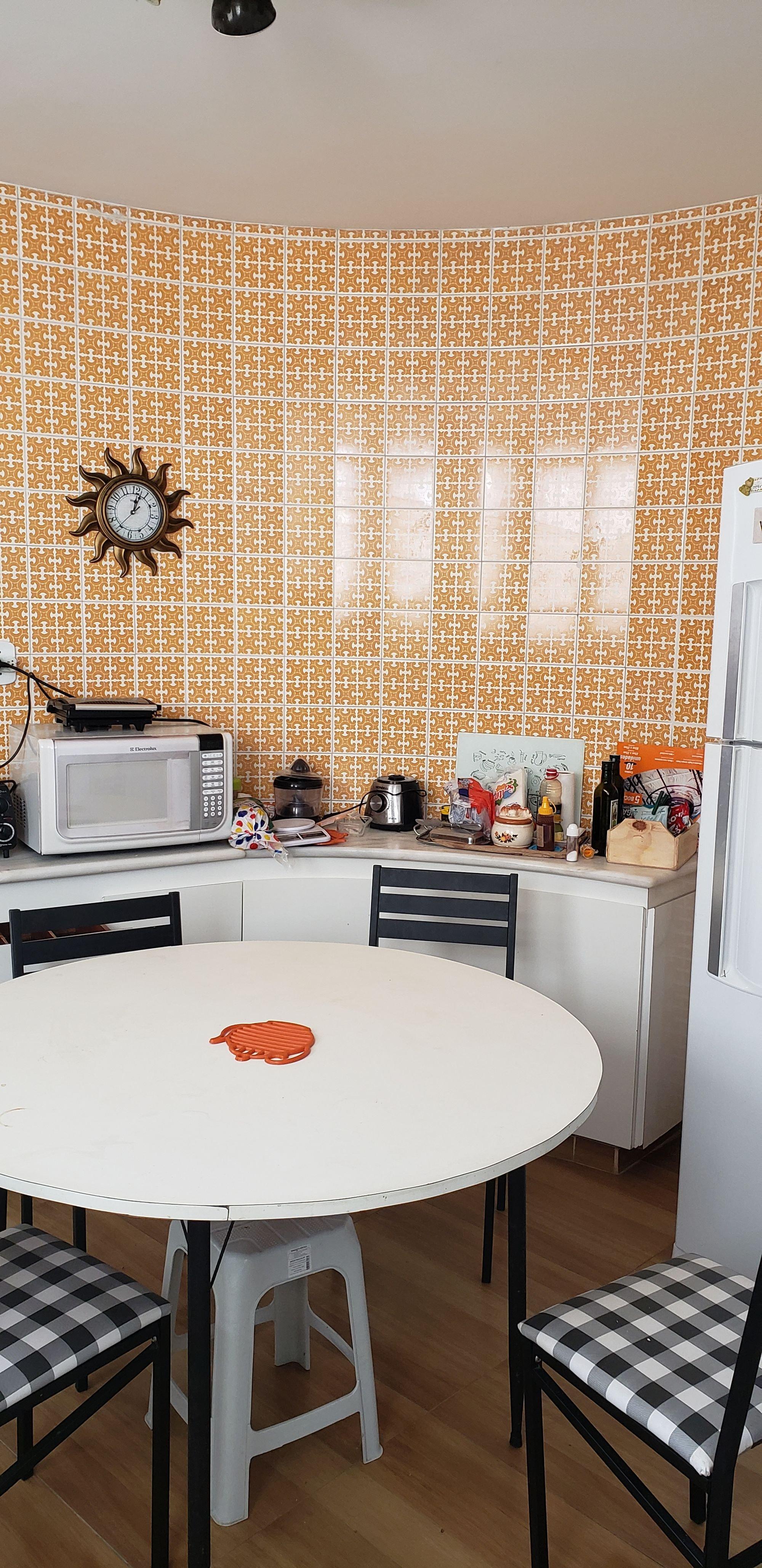 Foto de Cozinha com relógio, cadeira, microondas, mesa de jantar