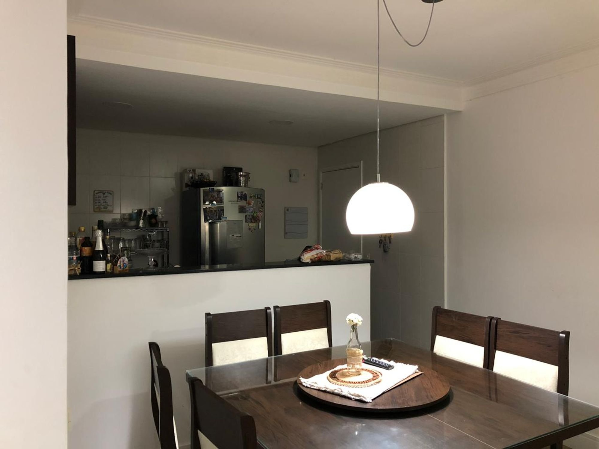 Foto de Sala com garrafa, geladeira, cadeira, mesa de jantar