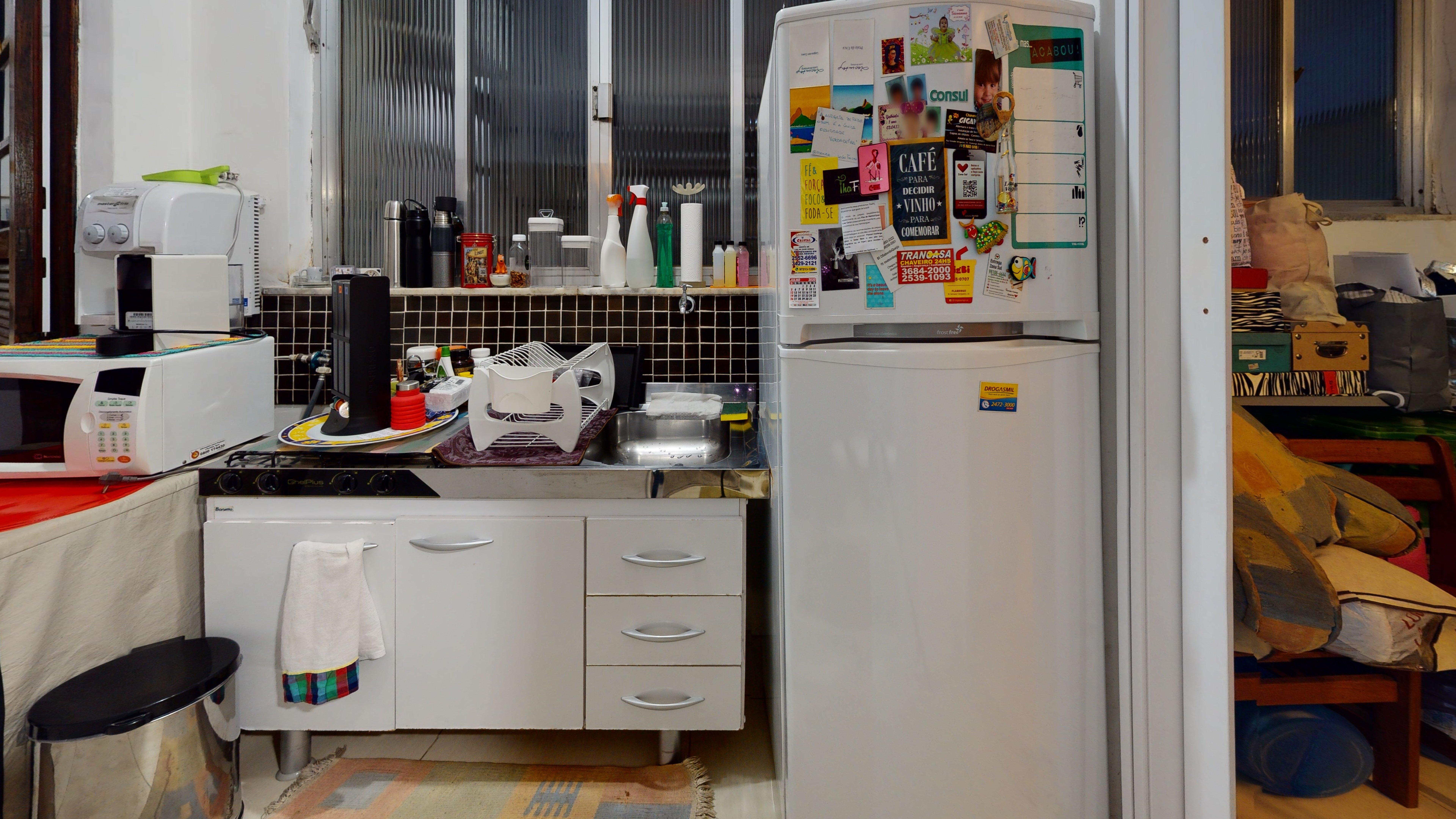 Foto de Lavanderia com geladeira, microondas, garrafa