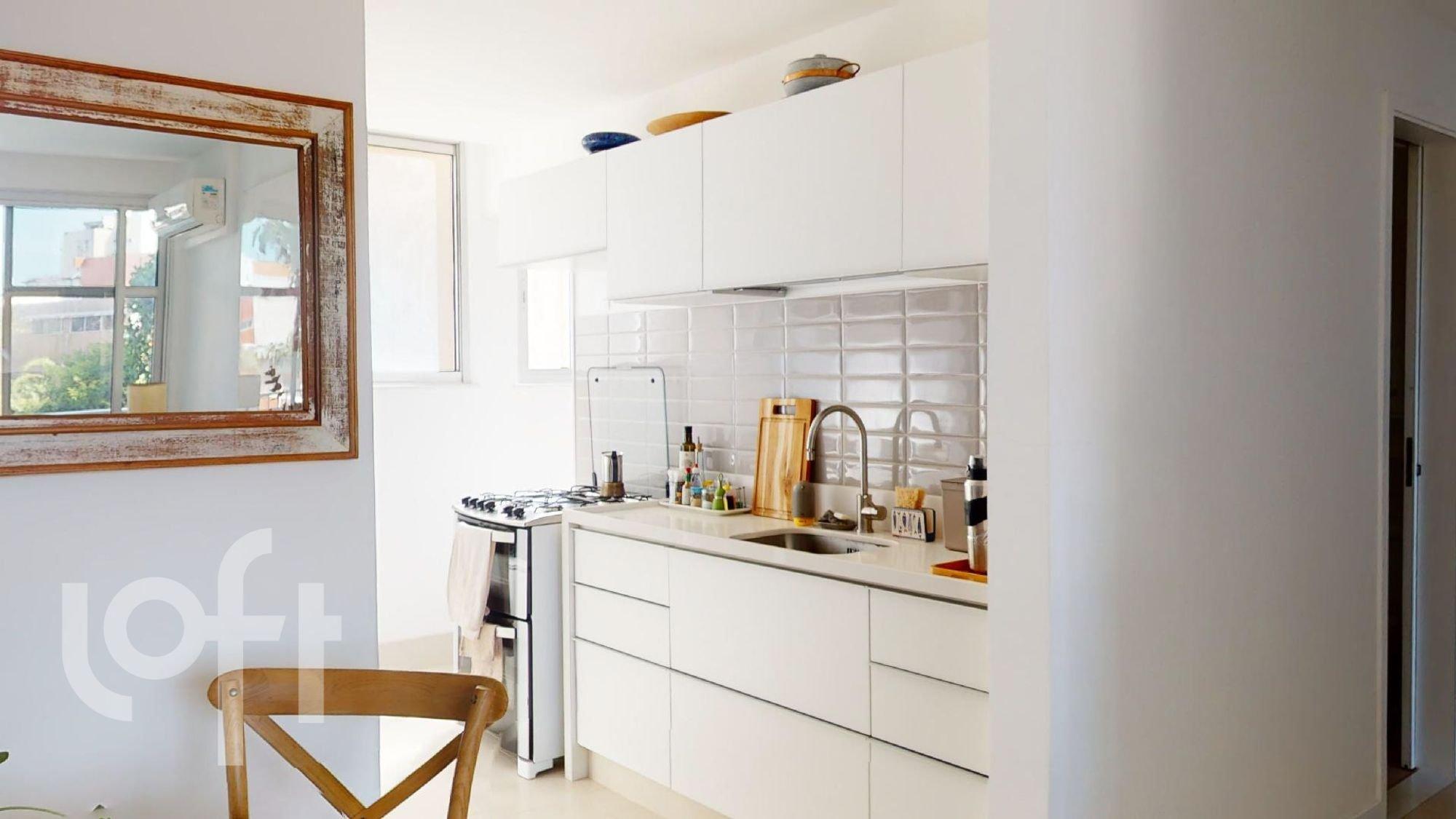 Foto de Cozinha com pia, cadeira, garrafa