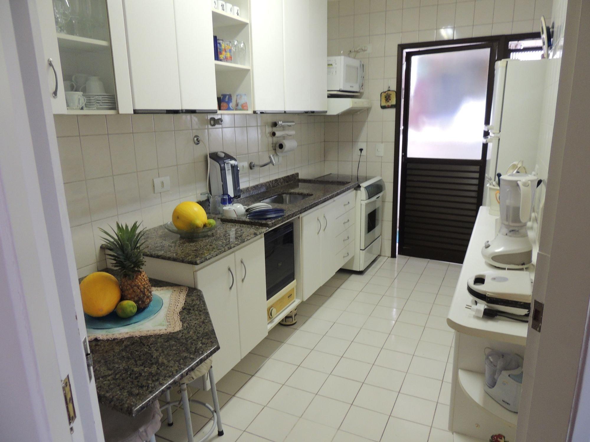 Foto de Cozinha com vaso de planta, forno, pia