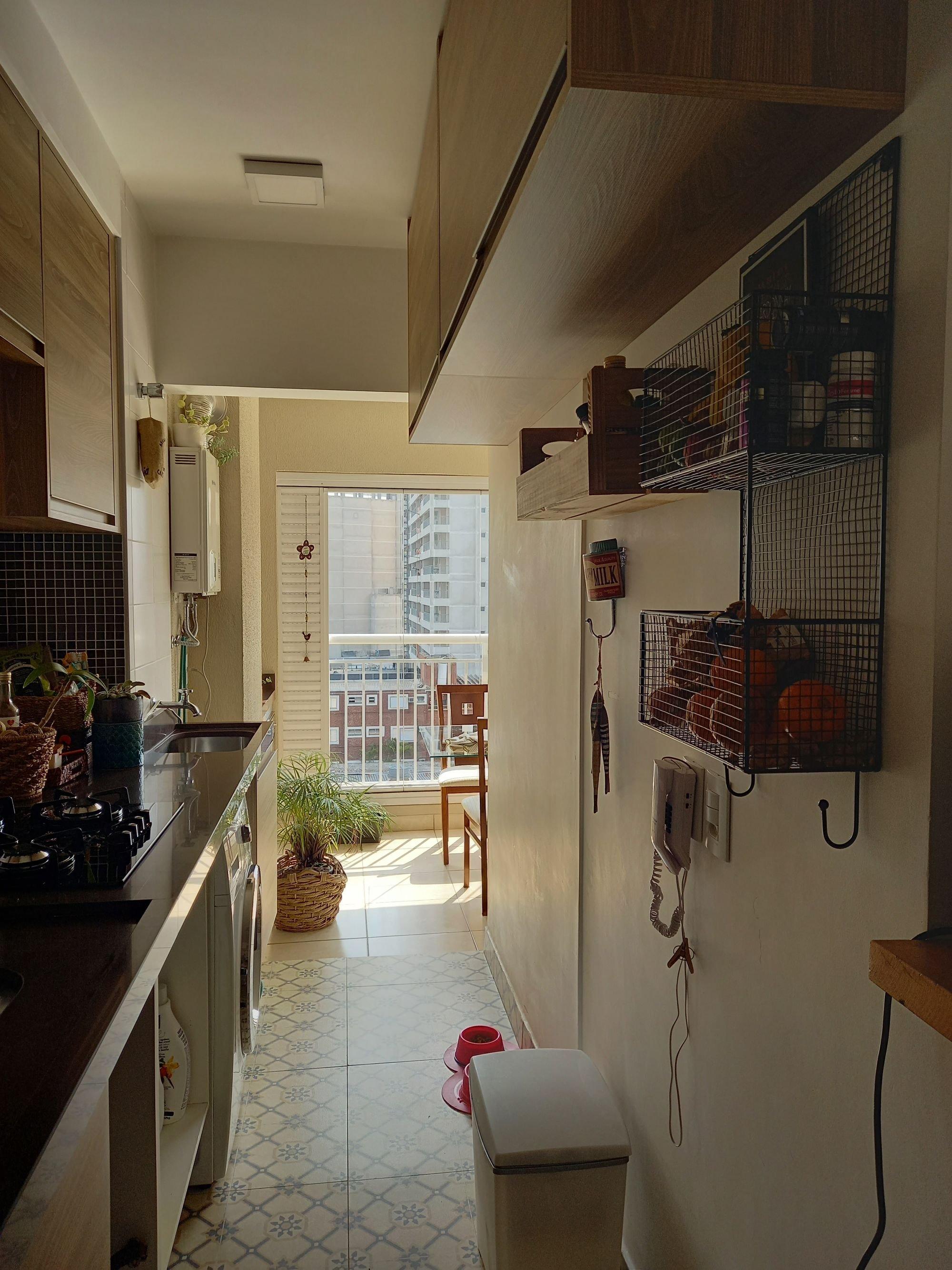 Foto de Cozinha com vaso de planta, cadeira