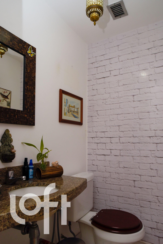 Foto de Sala com vaso de planta, vaso sanitário, garrafa