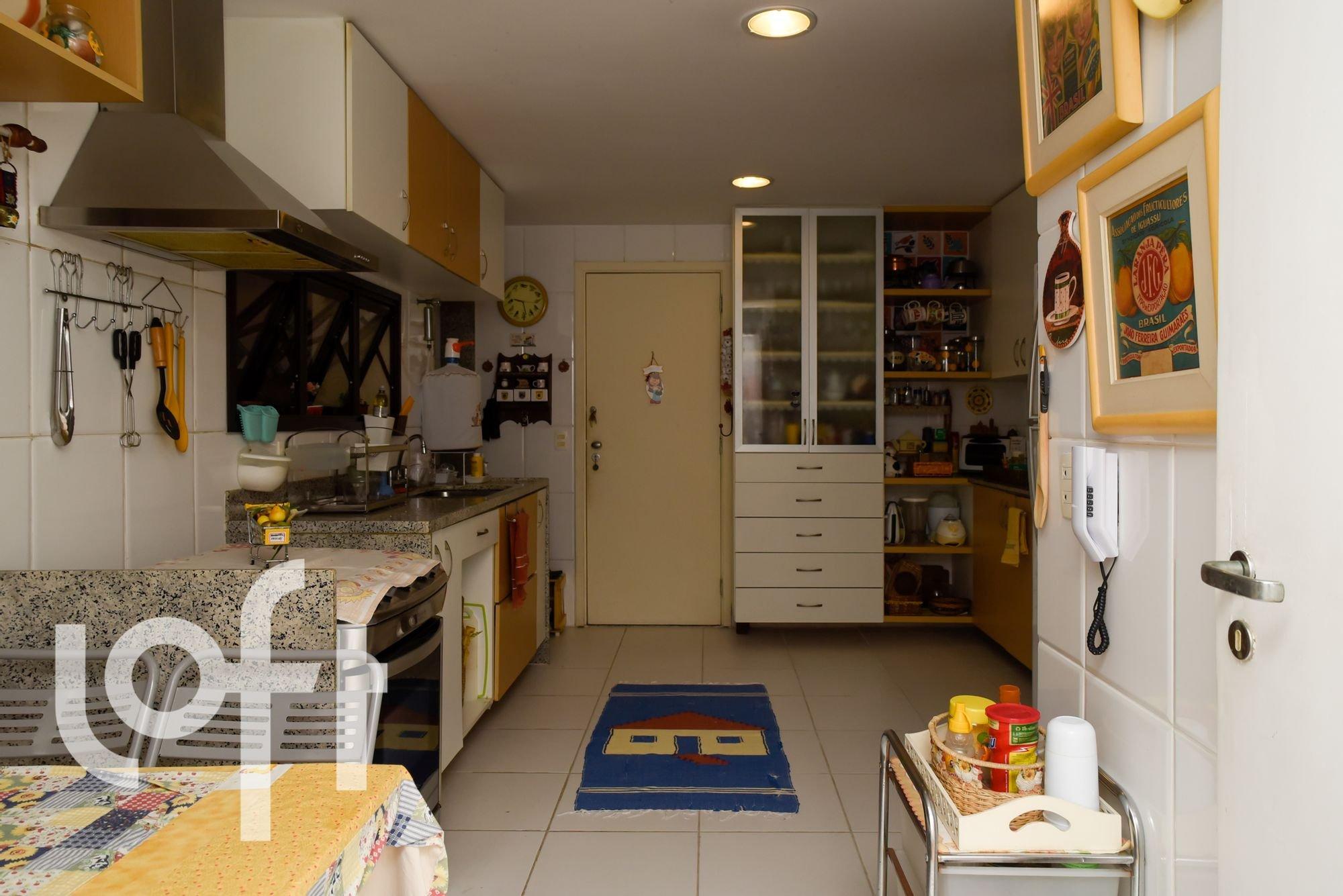 Foto de Cozinha com colher, relógio, garrafa
