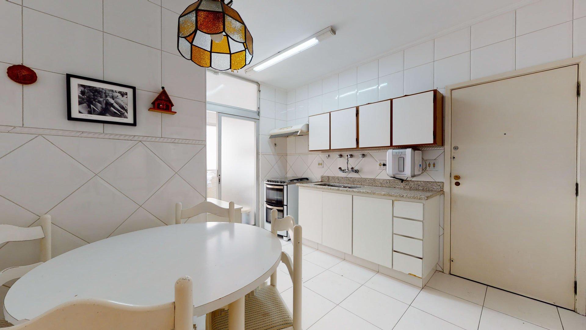Foto de Cozinha com forno, pia, cadeira, mesa de jantar