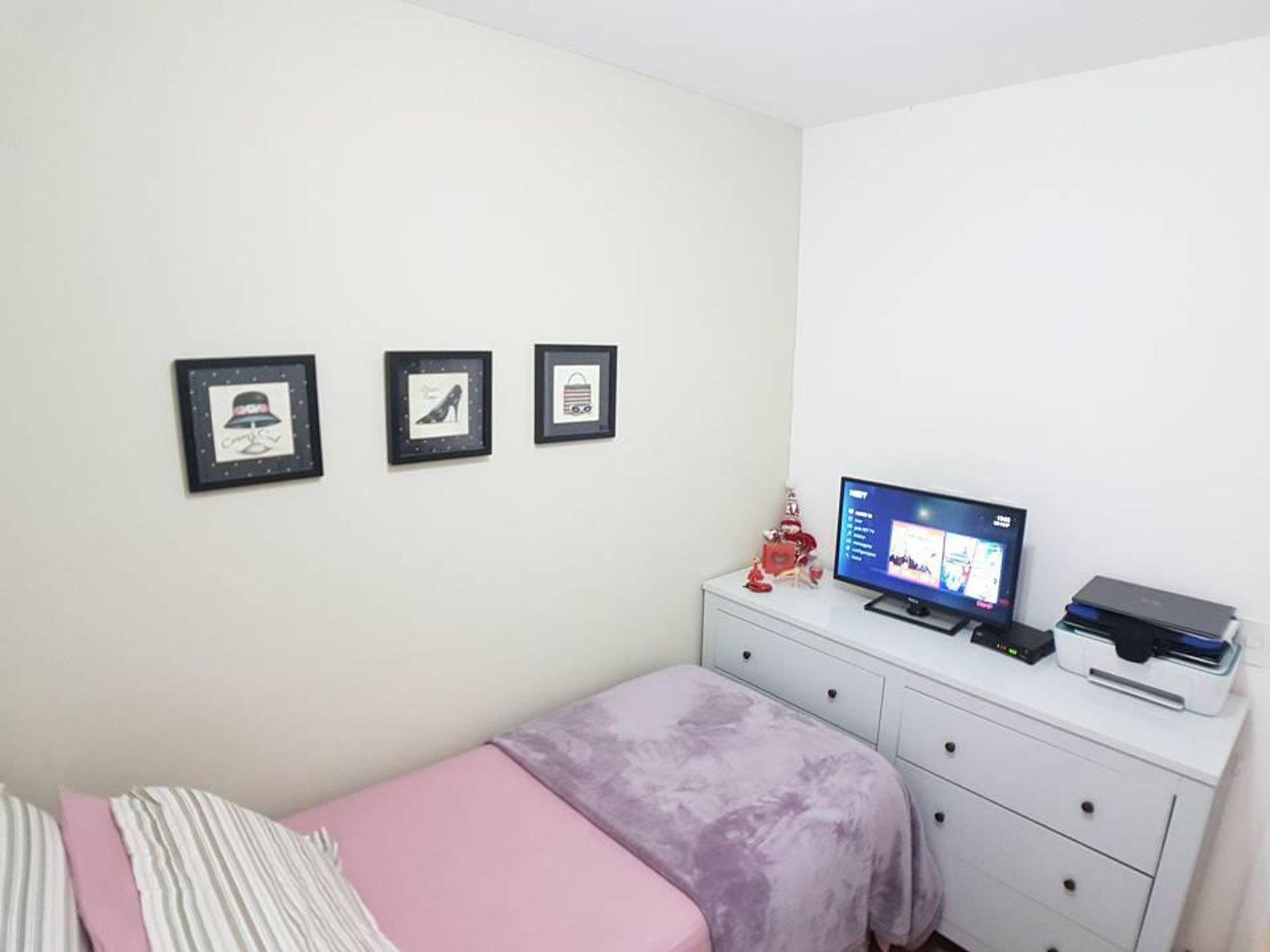Foto de Sala com cama, televisão