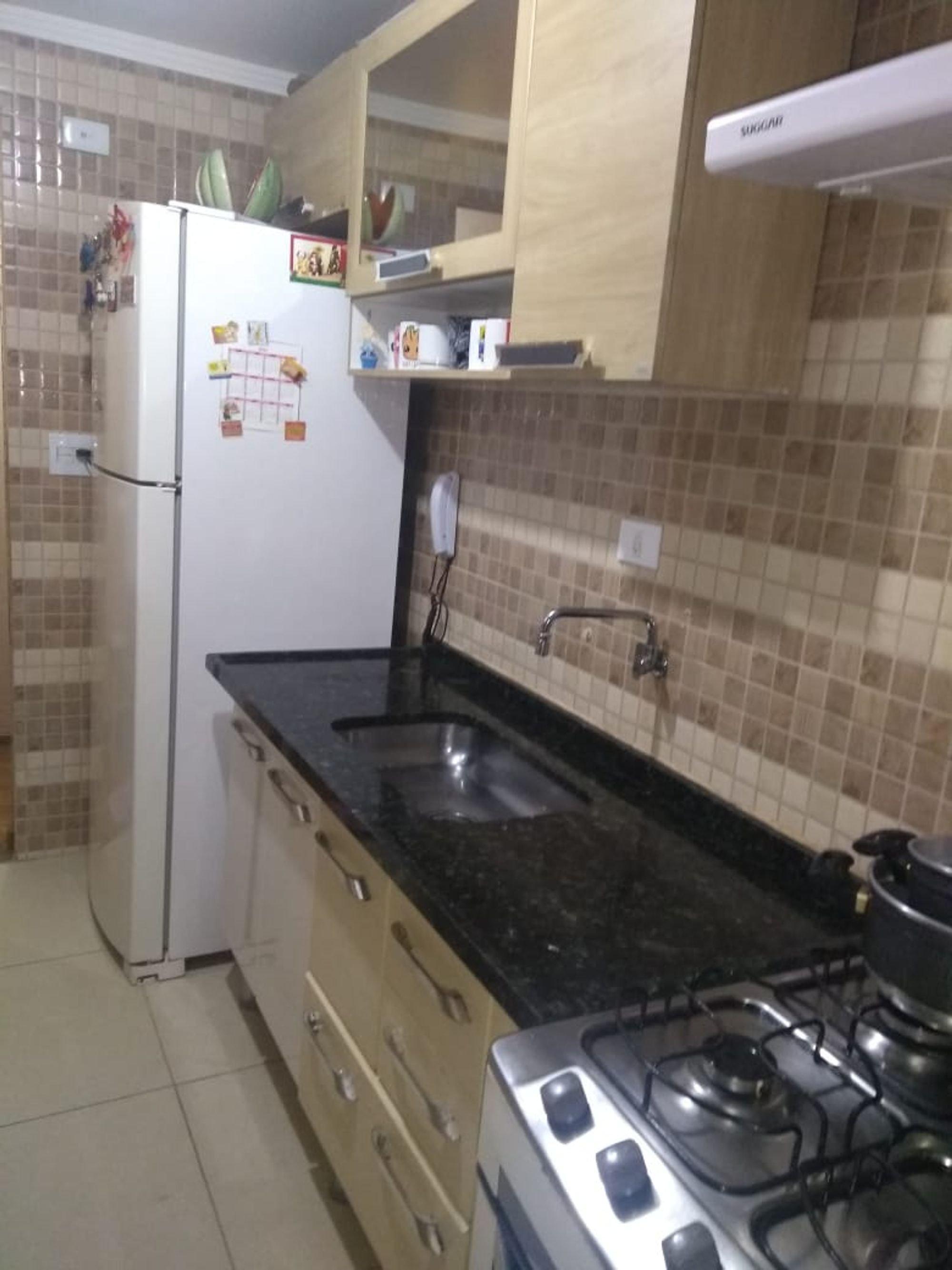 Foto de Cozinha com forno, tigela, geladeira