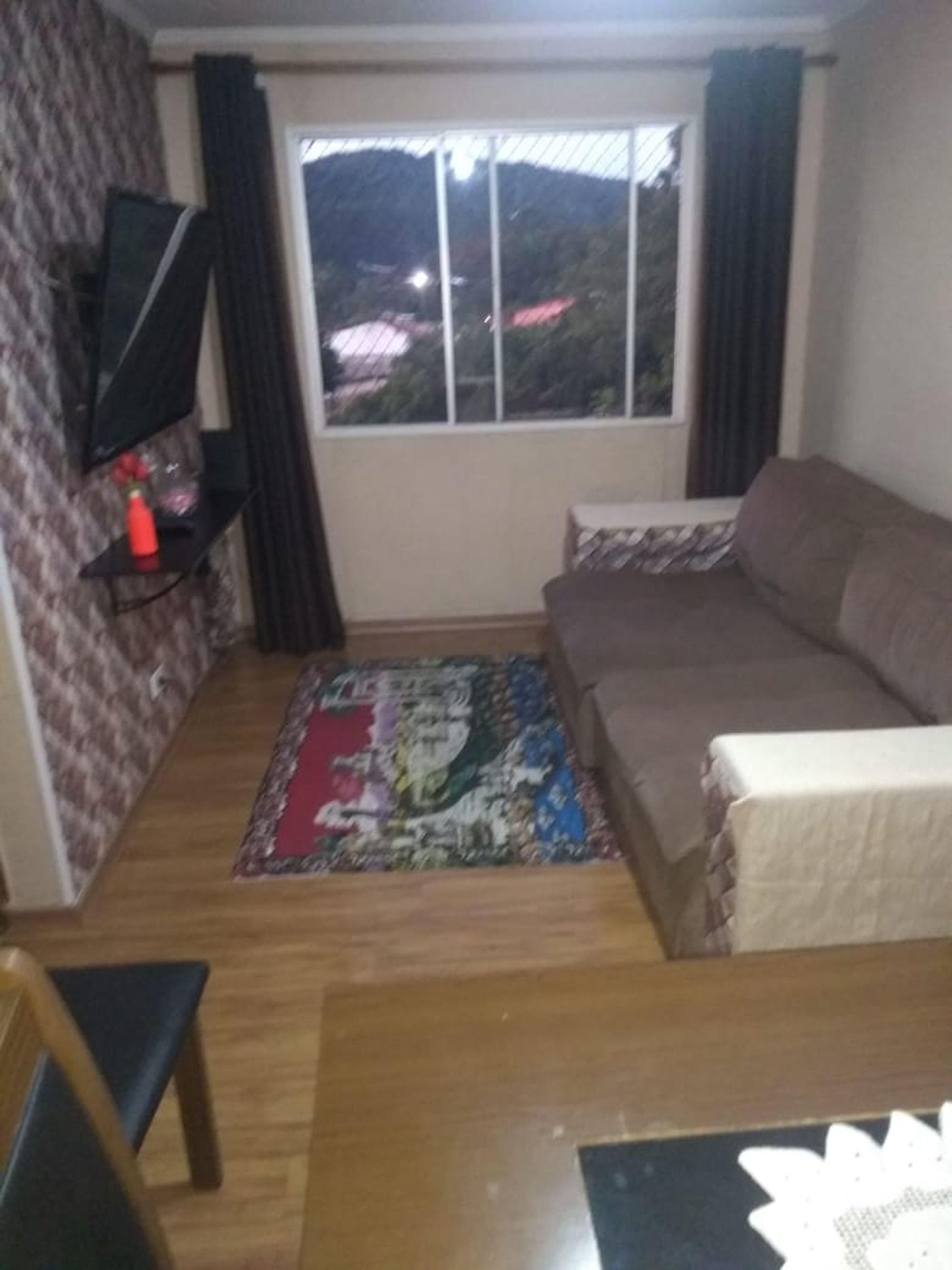 Foto de Sala com sofá, garrafa