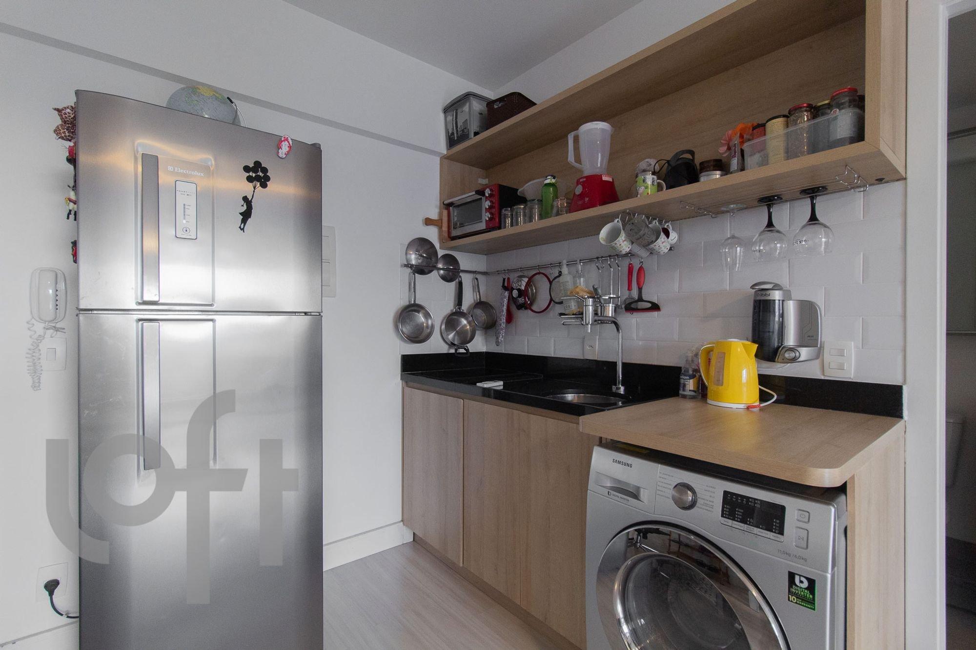 Foto de Cozinha com copo de vinho, garrafa, geladeira, pia