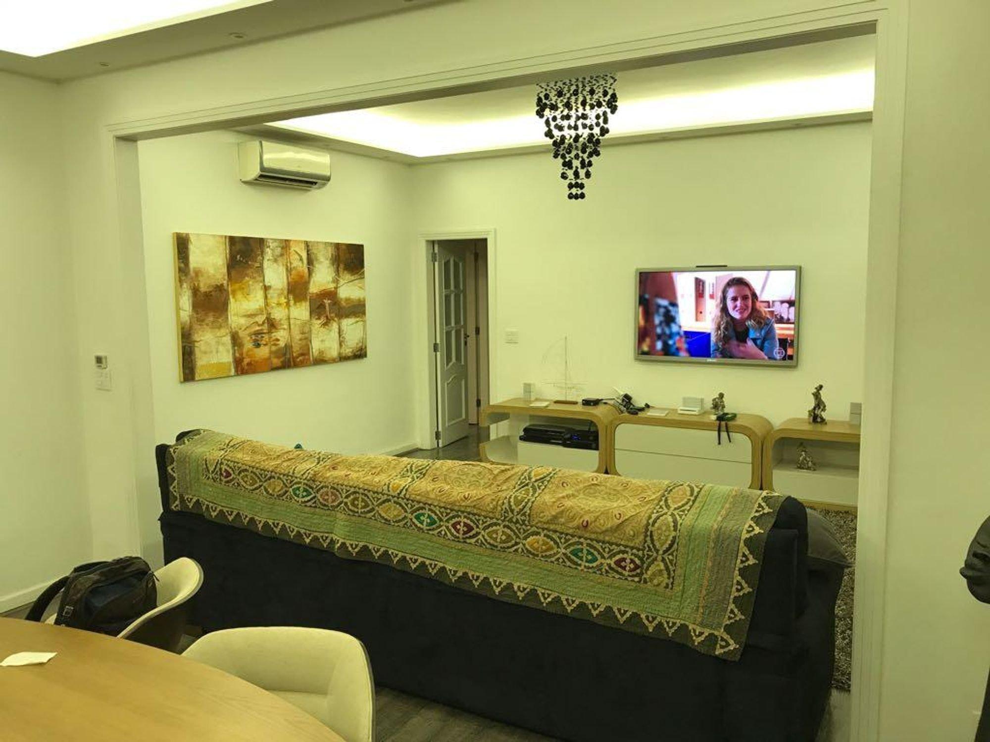 Foto de Sala com cama, mesa de jantar, mochila