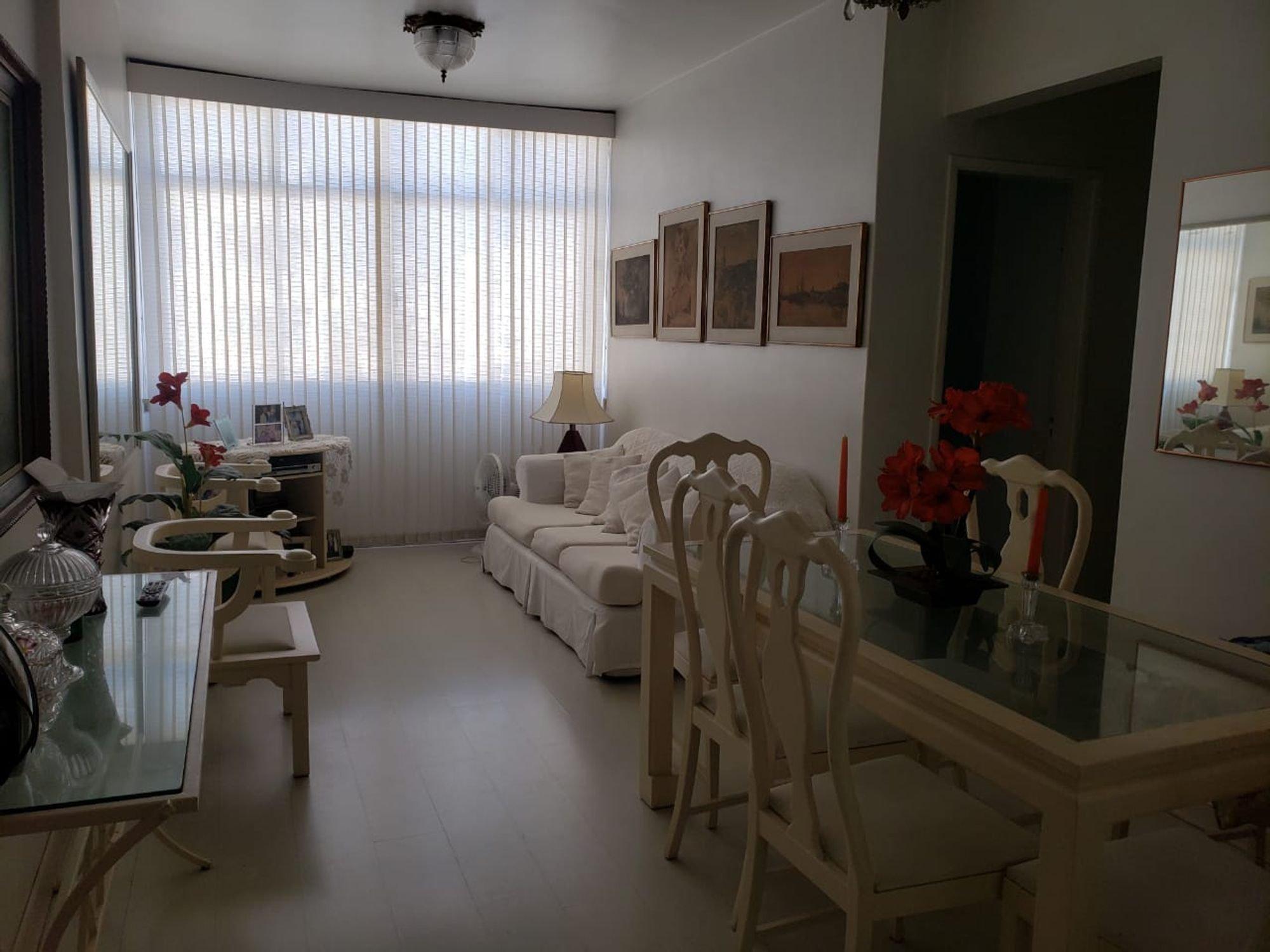 Foto de Hall com vaso de planta, sofá, cadeira