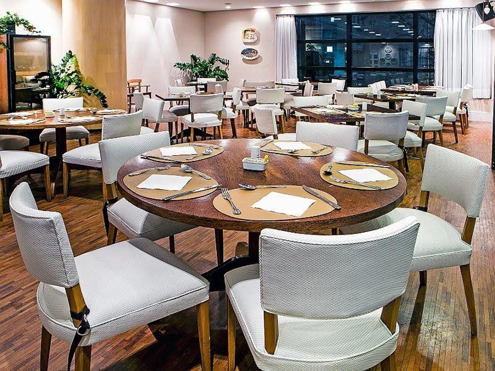 Foto de Sala com vaso de planta, garfo, faca, cadeira, mesa de jantar