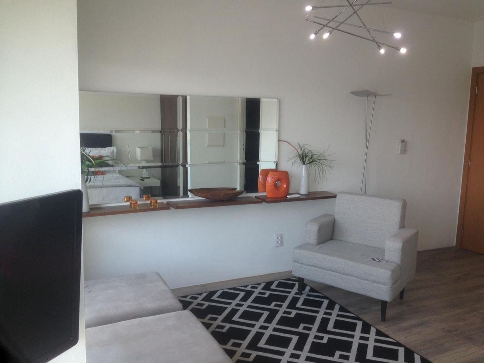 Foto de Sala com vaso de planta, televisão, vaso, tigela, cadeira