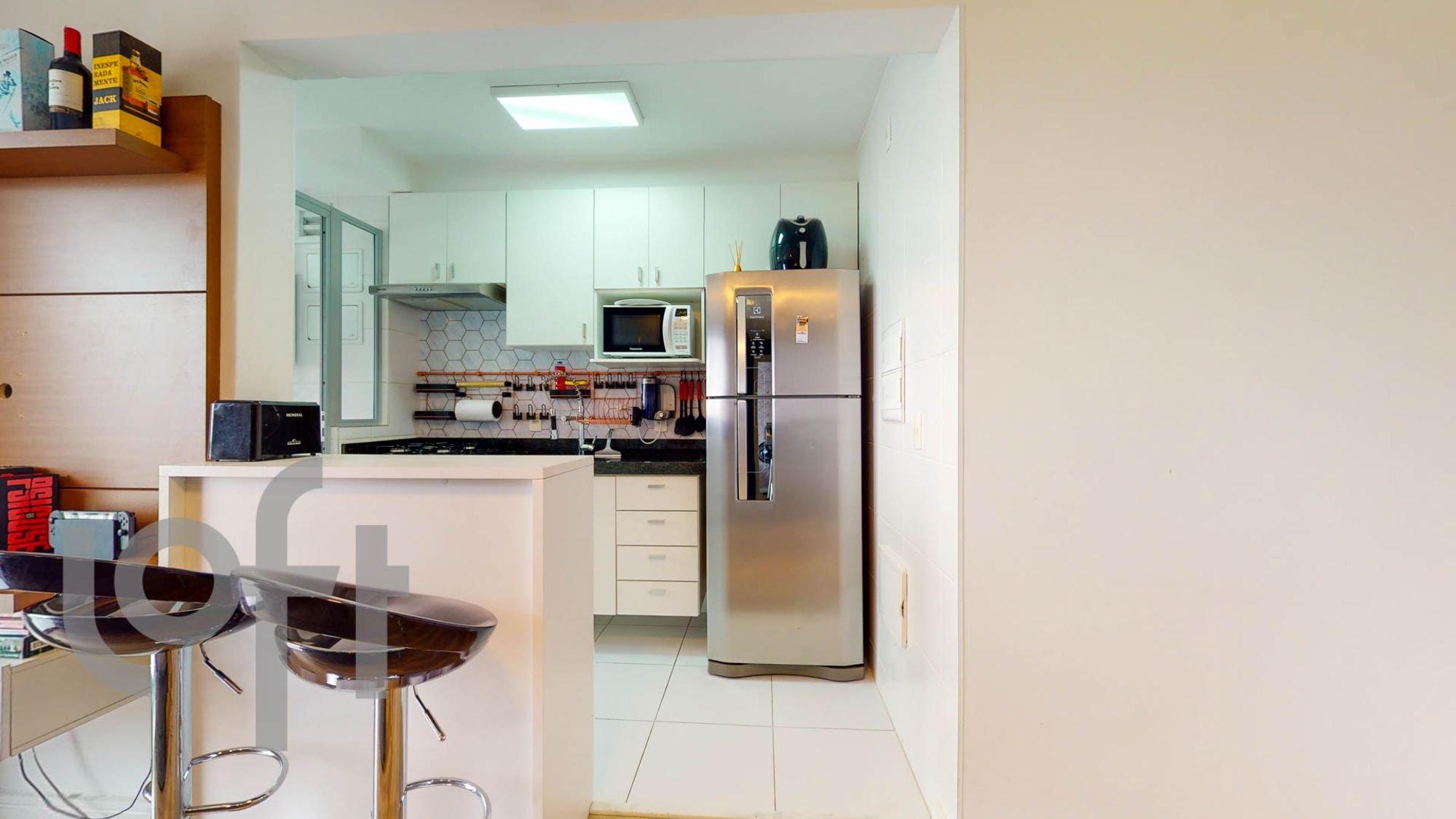 Foto de Cozinha com garrafa, geladeira, cadeira, microondas, mesa de jantar