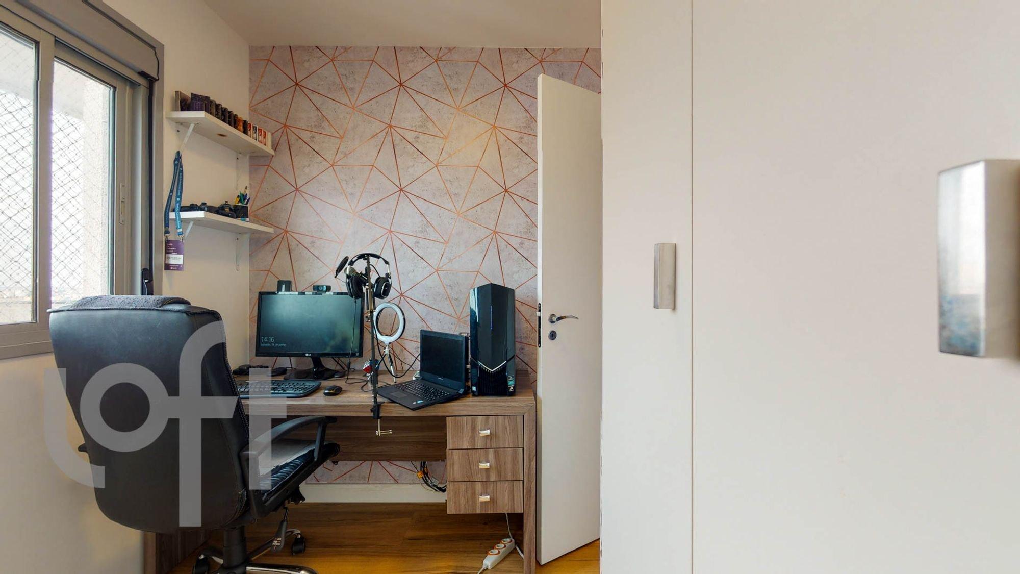 Foto de Quarto com mouse, televisão, computador portátil, cadeira