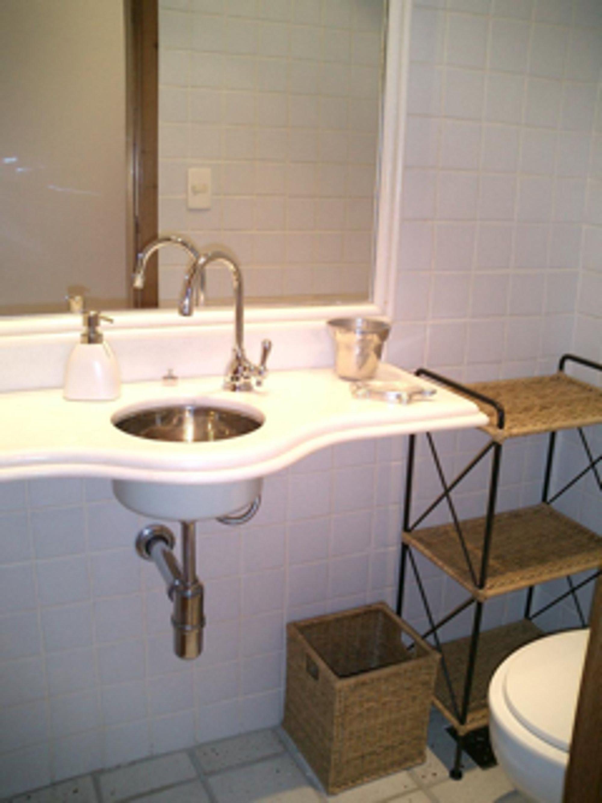 Foto de Banheiro com vaso sanitário, xícara