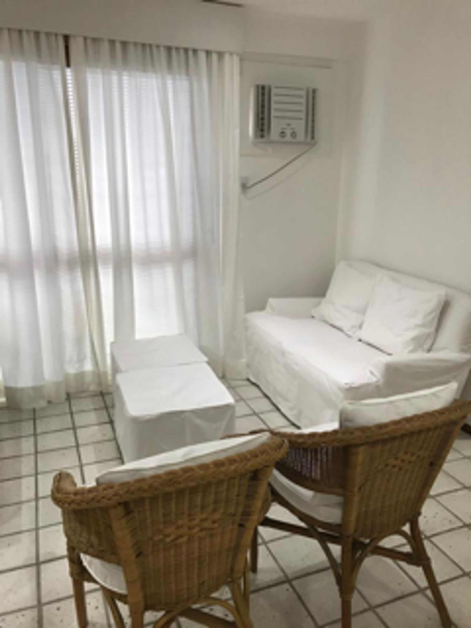 Foto de Lavanderia com cama, cadeira