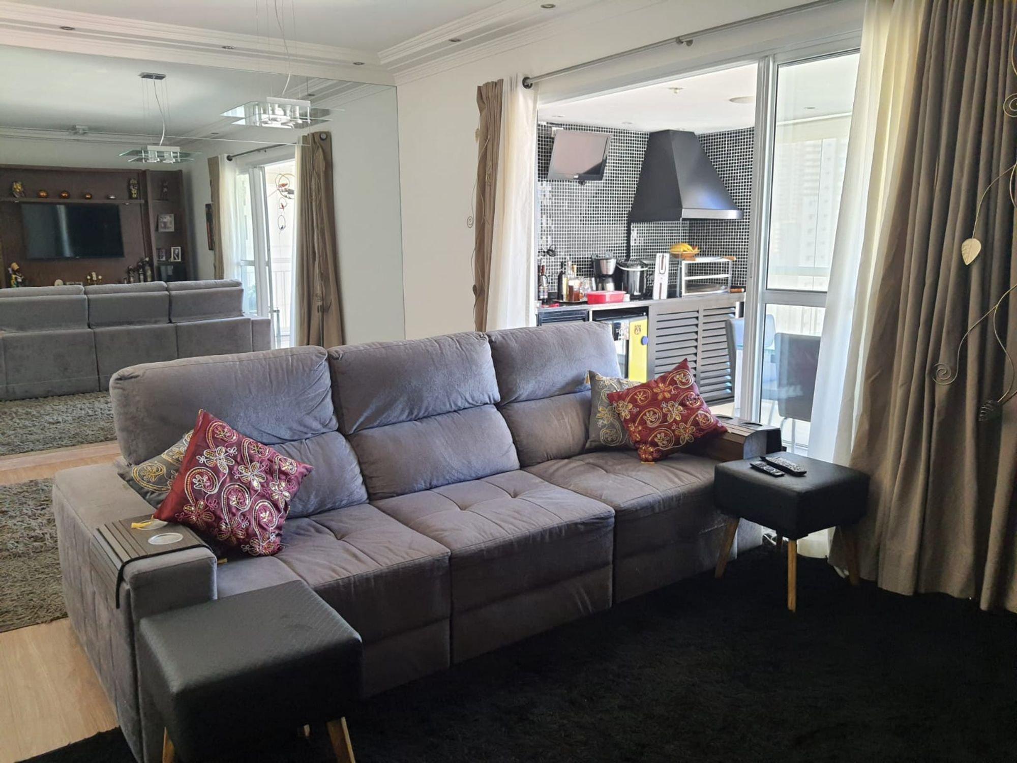 Foto de Sala com controle remoto, sofá