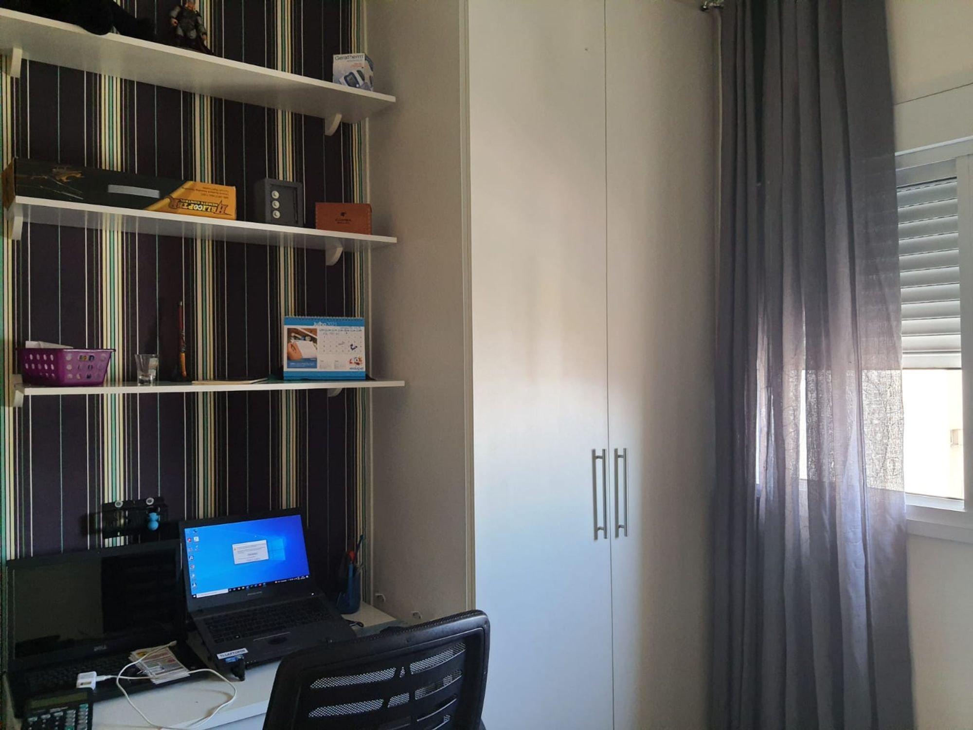 Foto de Quarto com computador portátil, cadeira