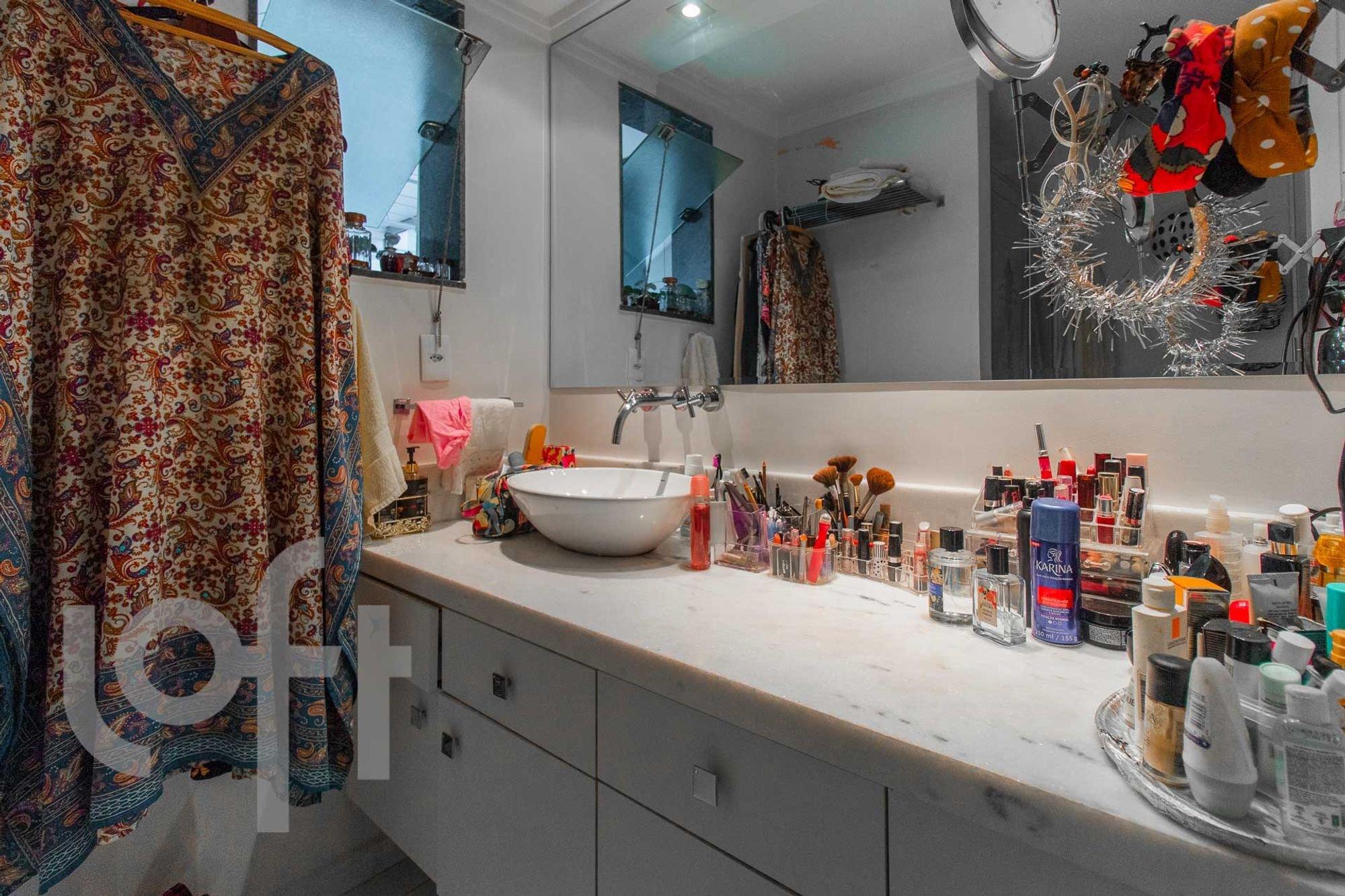 Foto de Banheiro com pia, garrafa