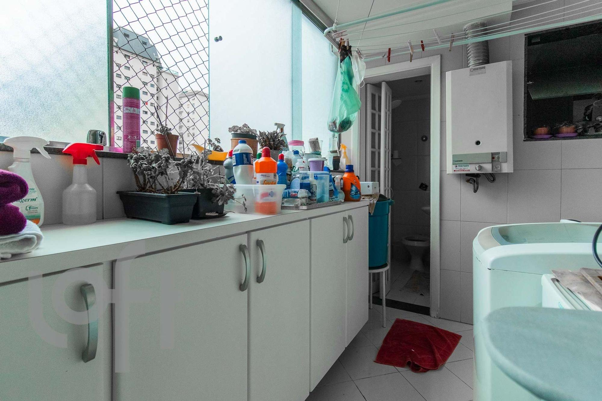 Foto de Cozinha com vaso de planta, vaso sanitário, garrafa, pia, mesa de jantar