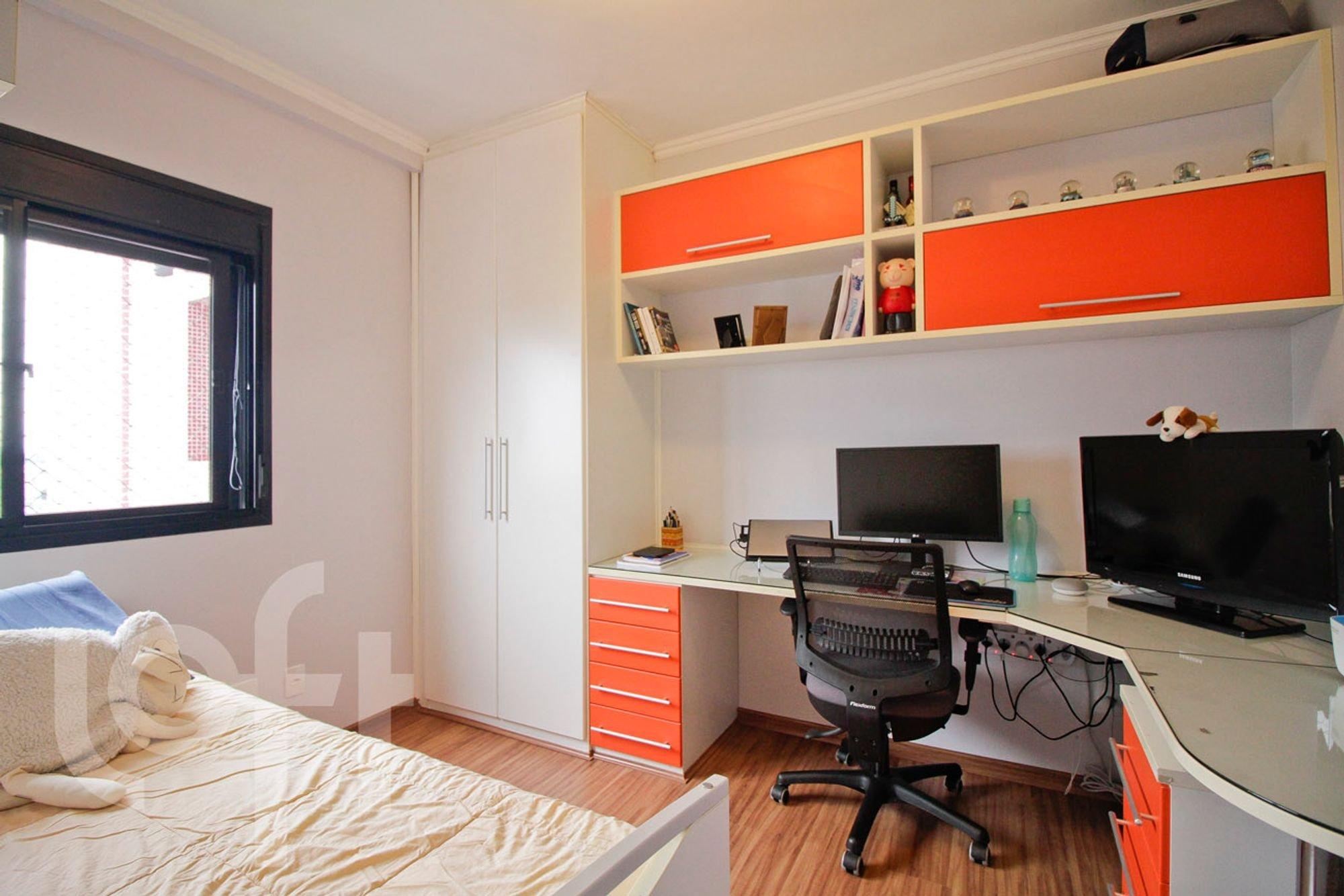 Foto de Quarto com cama, mouse, televisão, cadeira, livro, garrafa, xícara