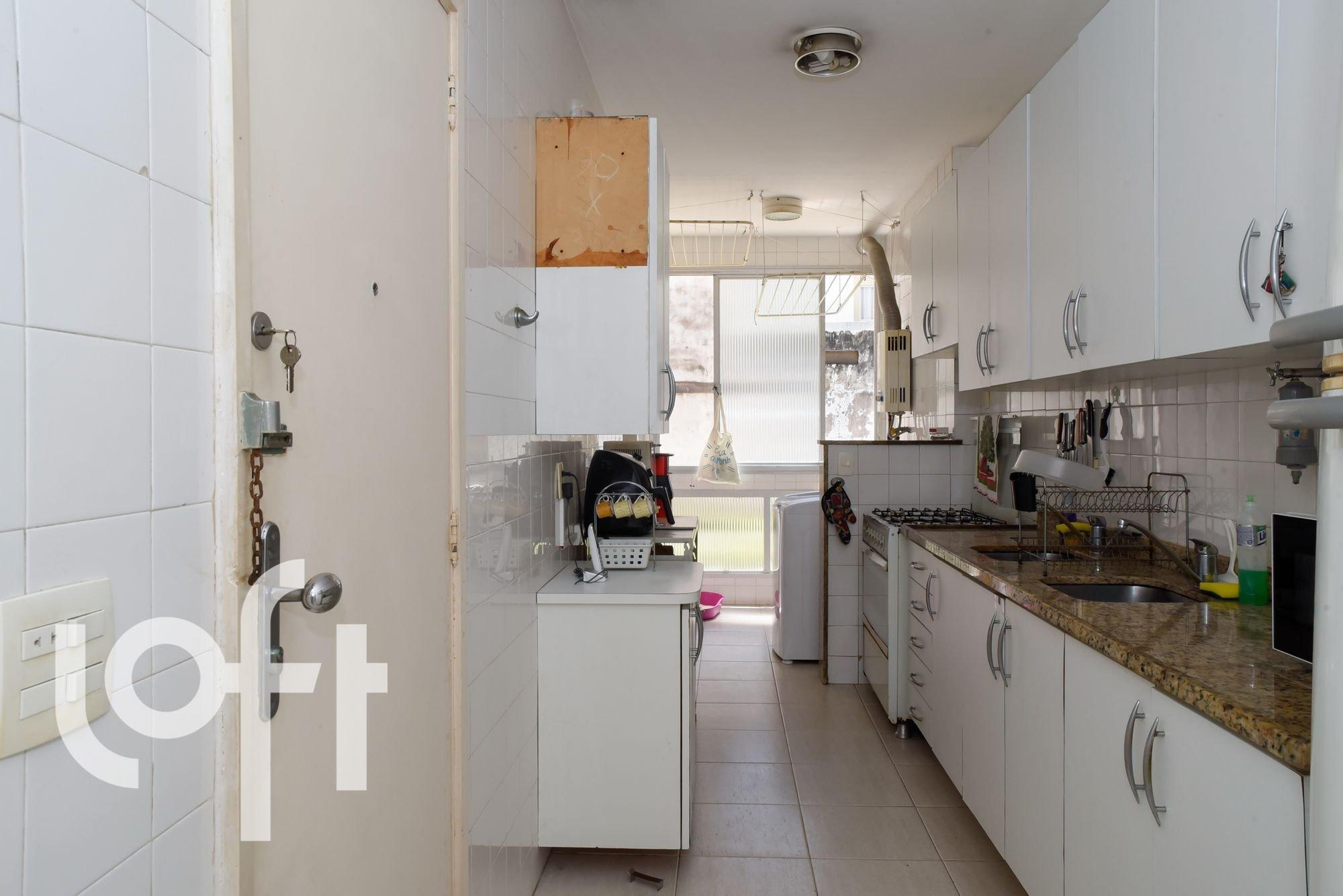Foto de Cozinha com forno, faca, pia