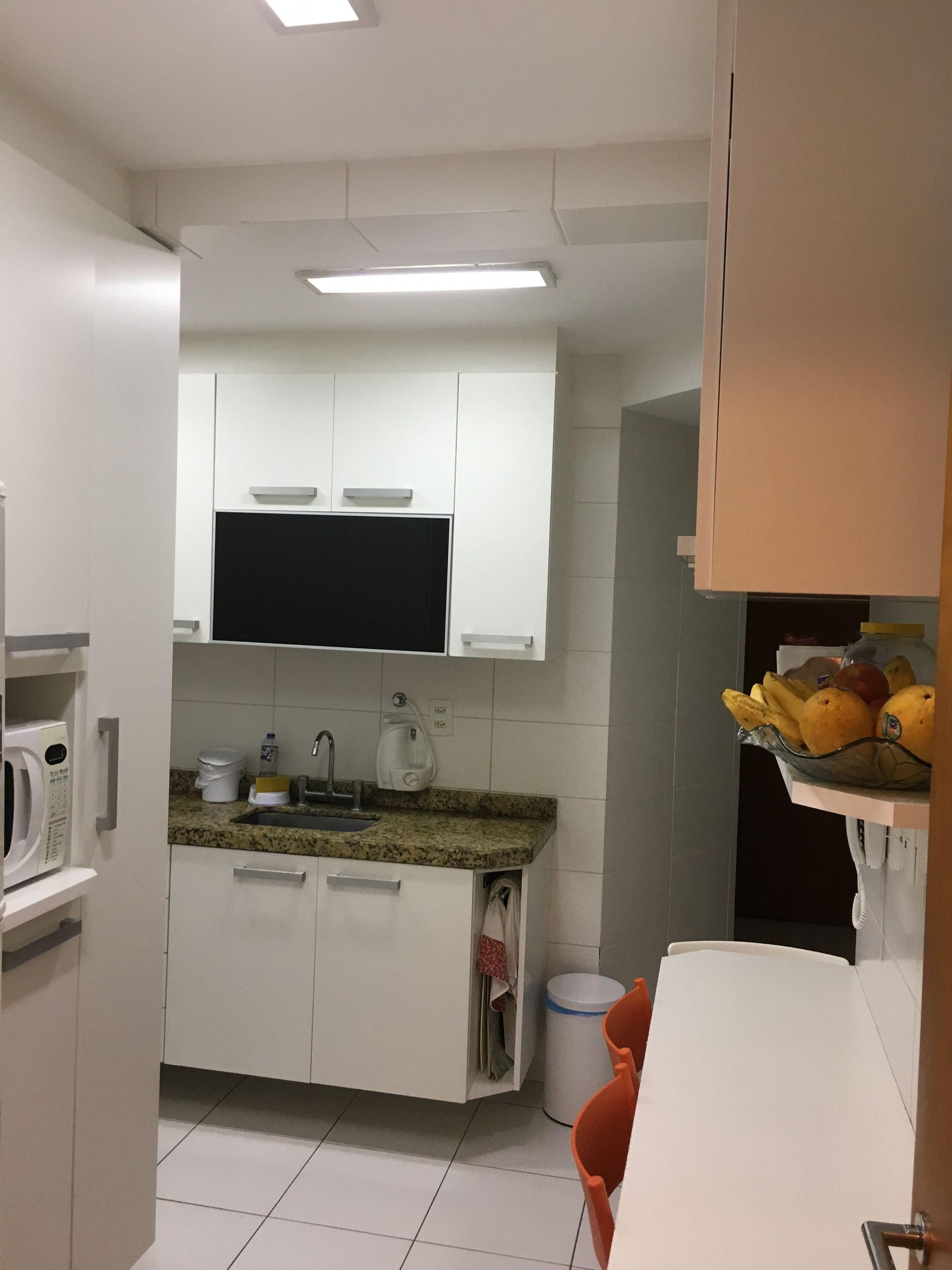 Foto de Cozinha com cadeira, microondas