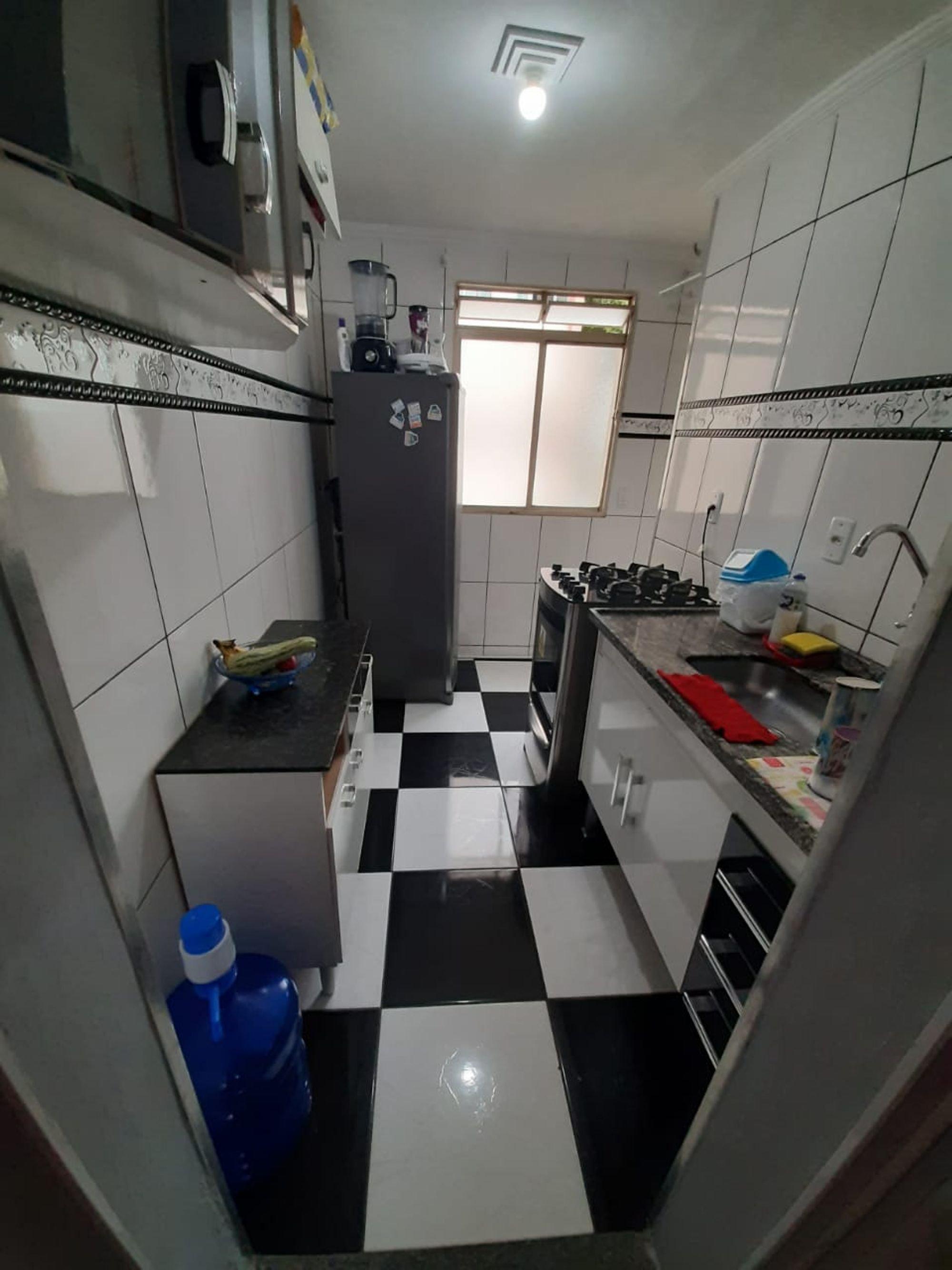 Foto de Cozinha com tigela, geladeira, garrafa
