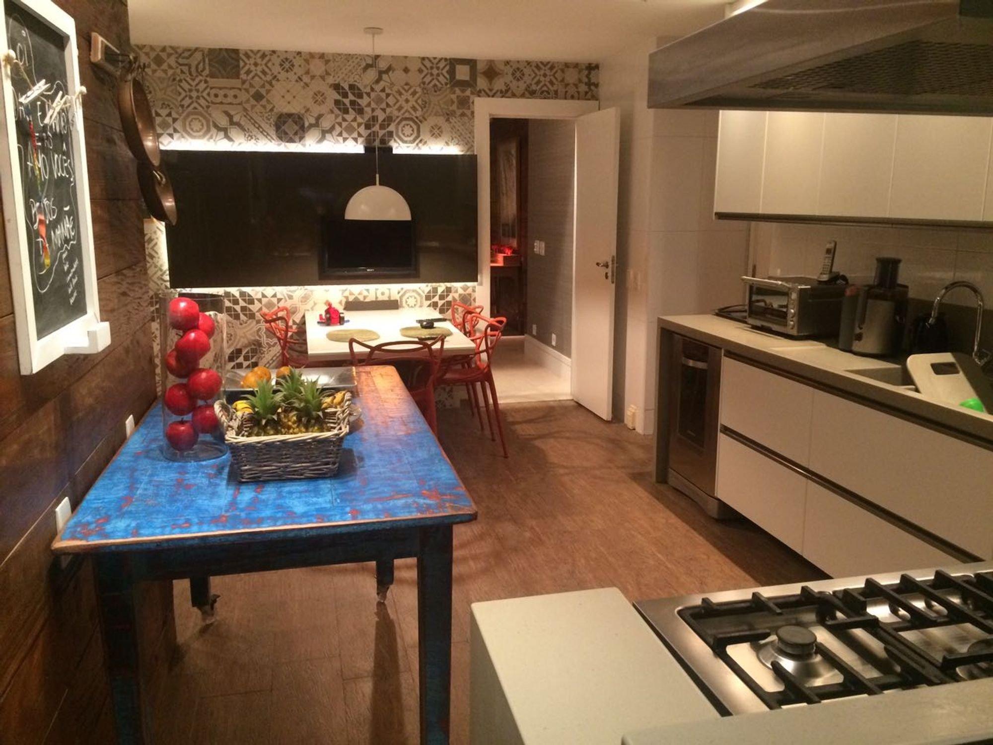 Foto de Cozinha com vaso de planta, maçã, forno, pia, cadeira, mesa de jantar