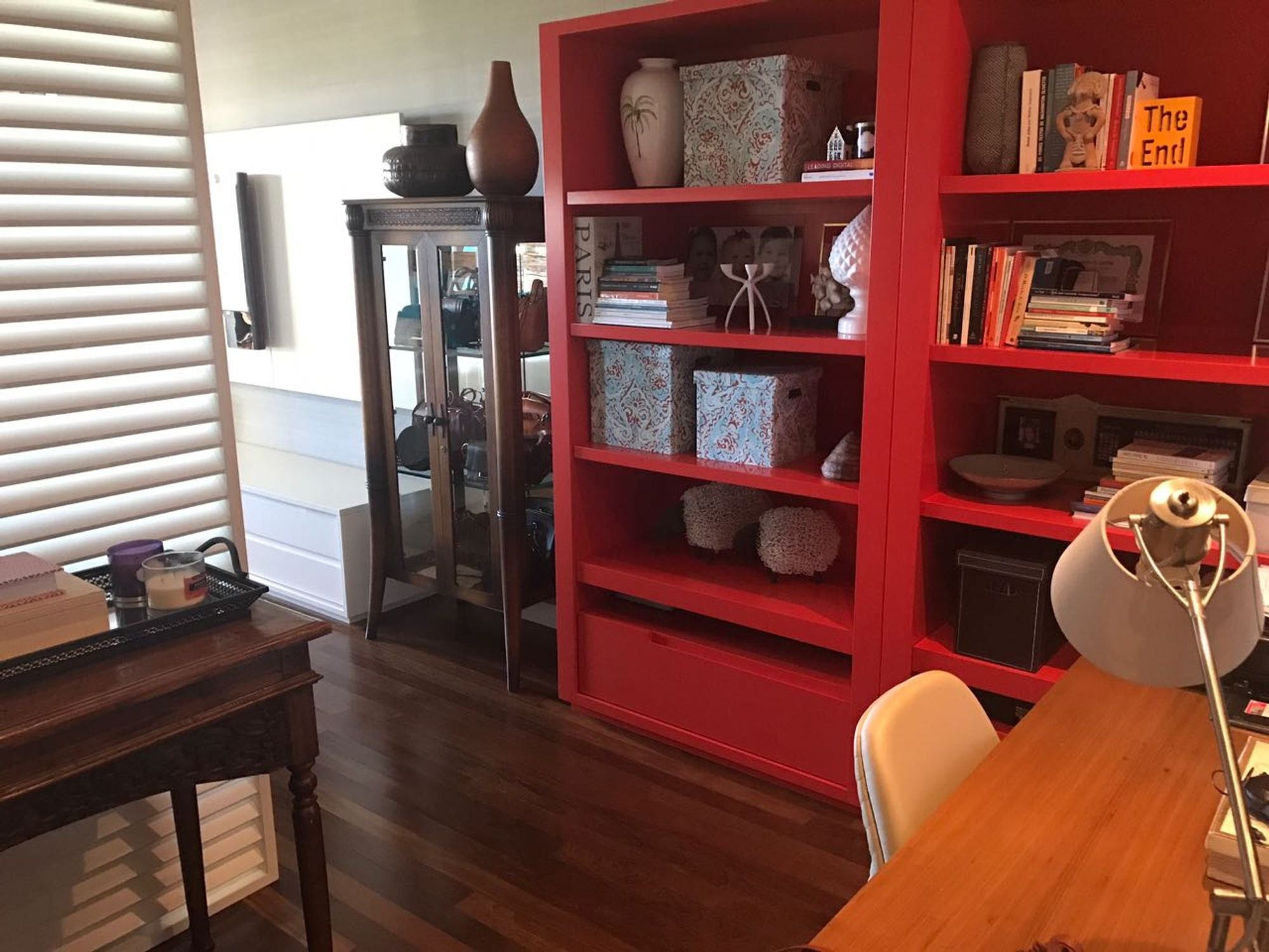 Foto de Sala com vaso, cadeira, livro