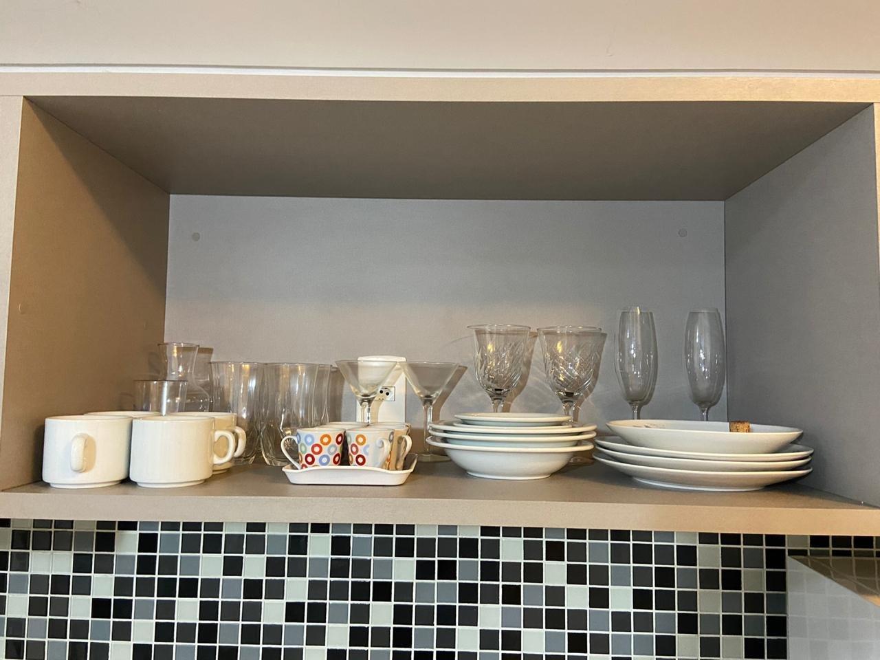 Foto de Cozinha com tigela, copo de vinho, xícara
