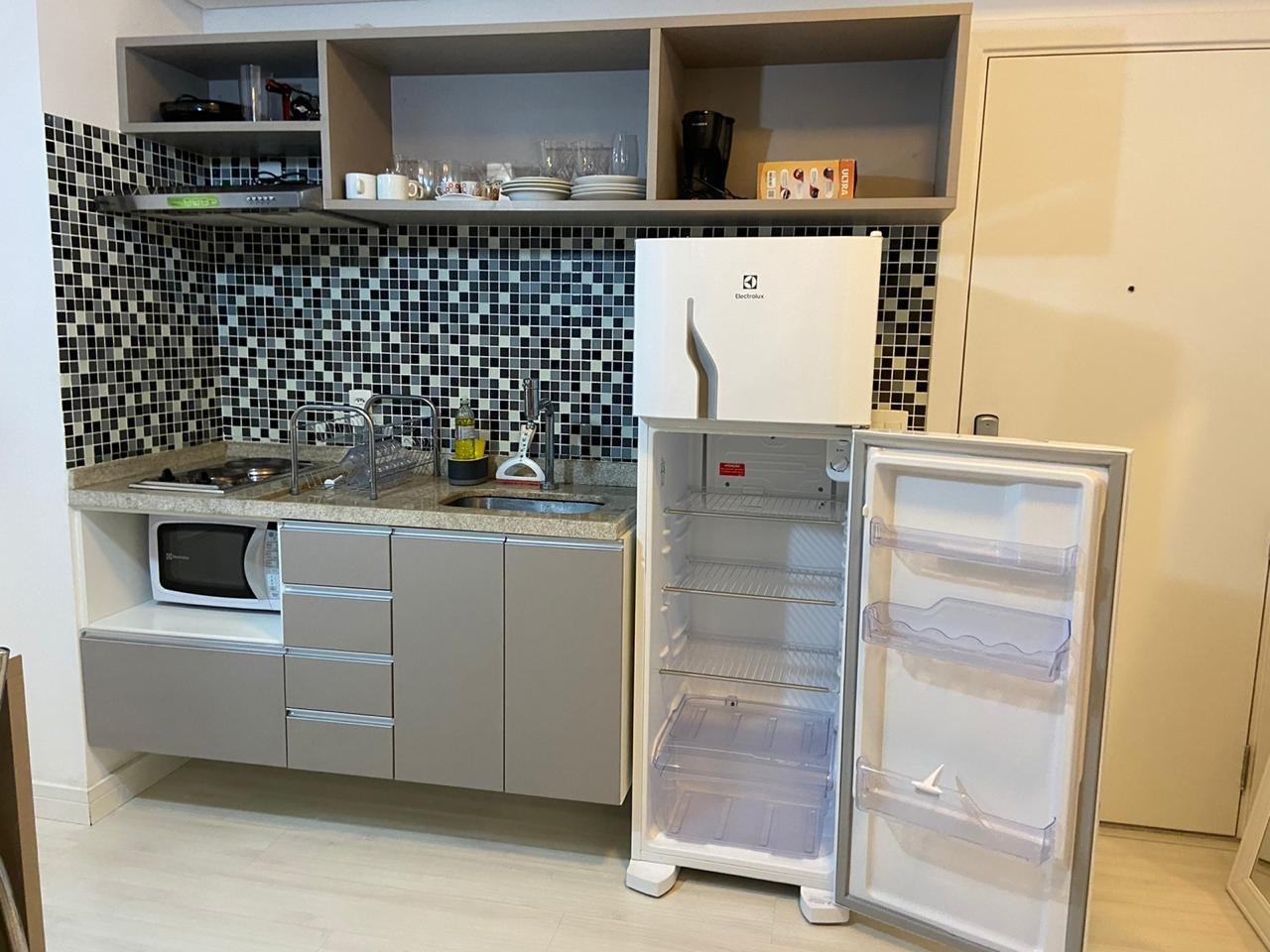 Foto de Cozinha com garrafa, tigela, geladeira, xícara