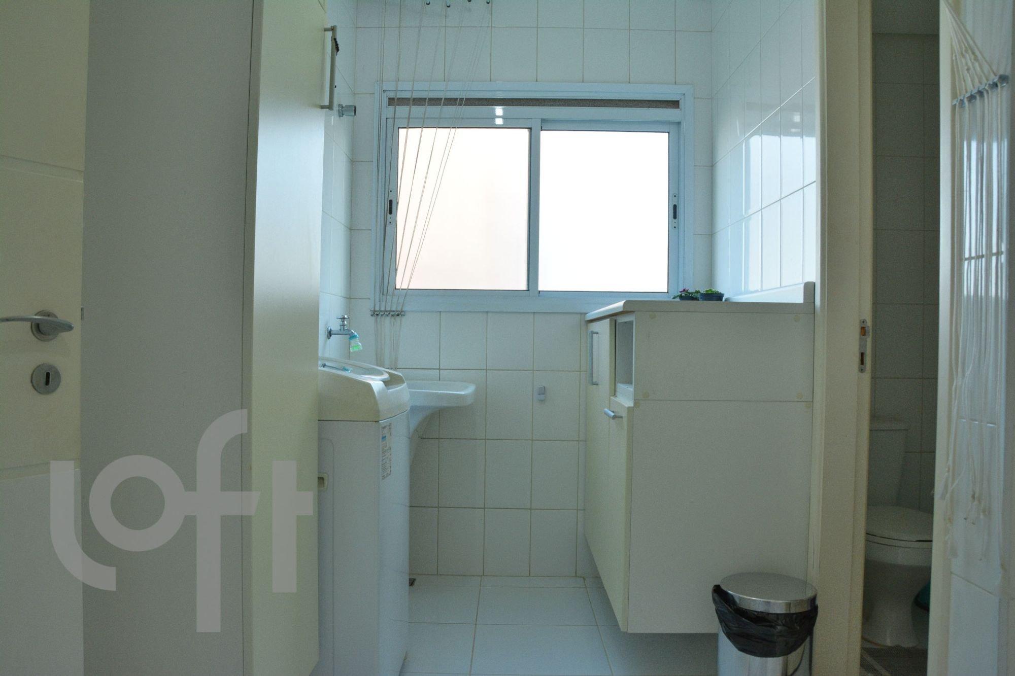 Foto de Banheiro com geladeira, vaso sanitário, pia
