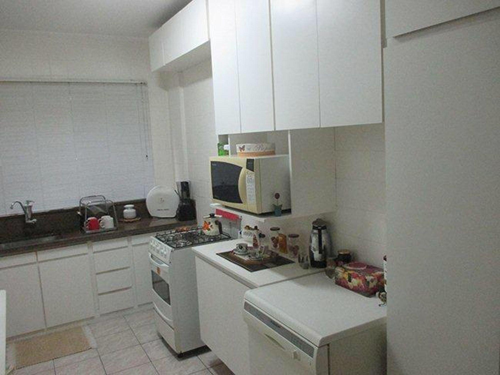 Foto de Cozinha com forno, microondas