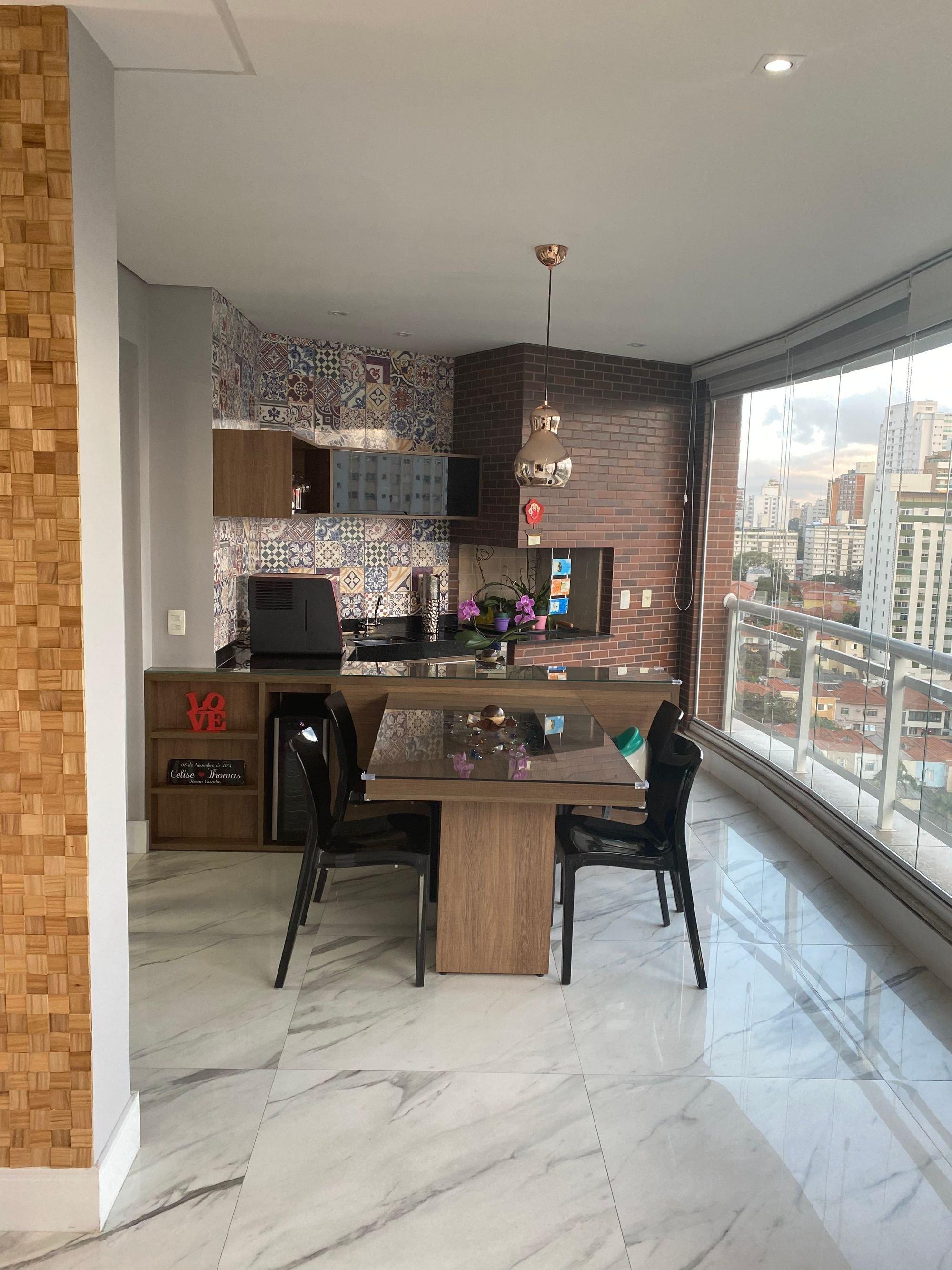 Foto de Sala com cadeira, microondas, mesa de jantar