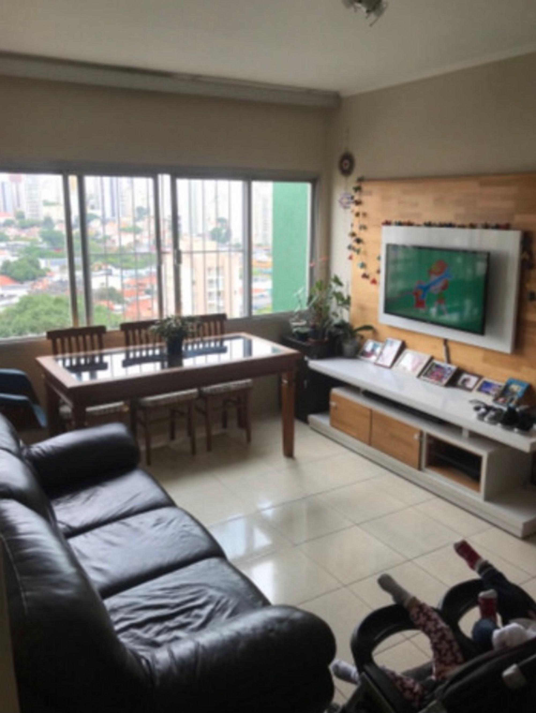 Foto de Sala com vaso de planta, sofá, televisão, garrafa, cadeira, mesa de jantar