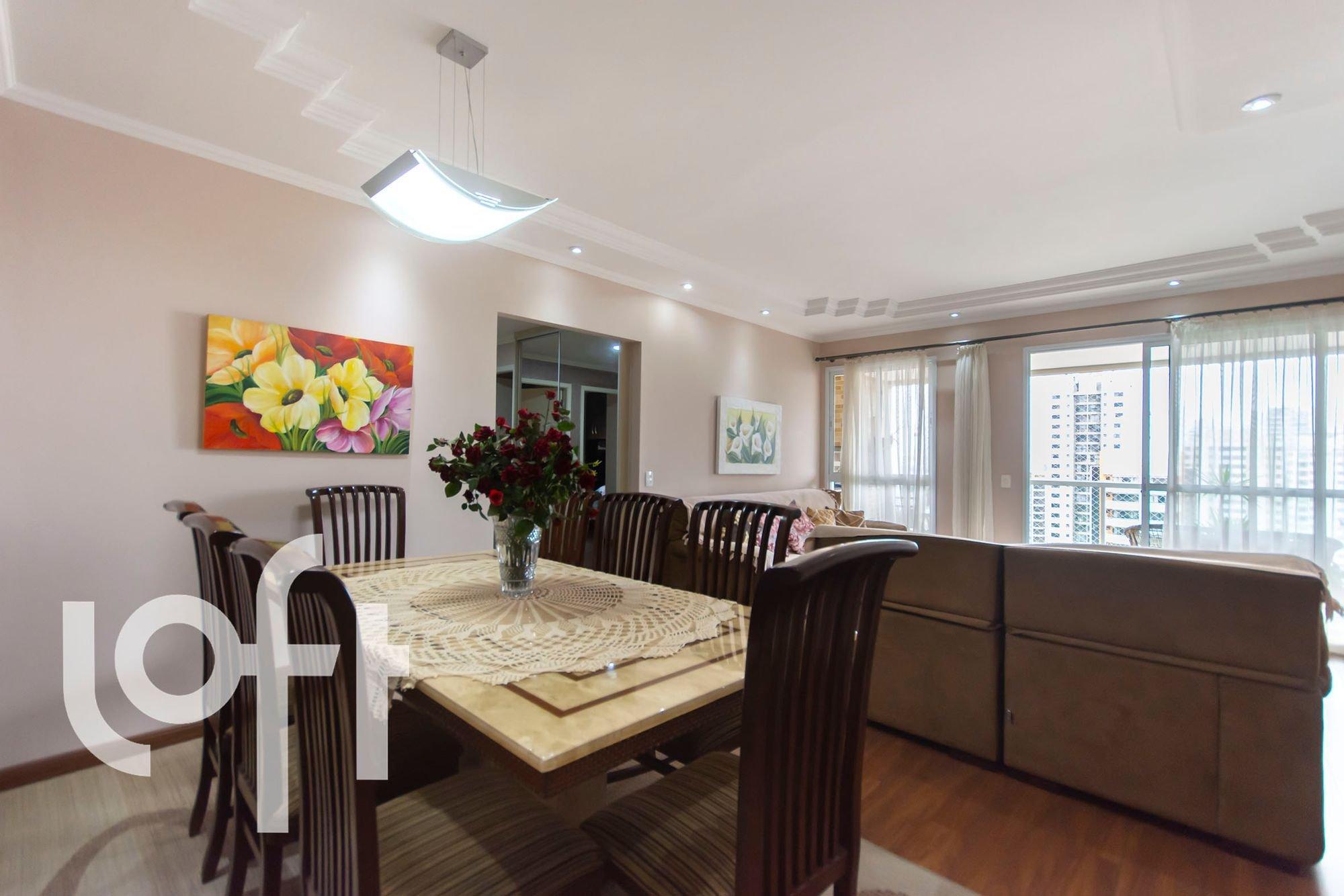 Foto de Varanda com vaso de planta, vaso, cadeira, mesa de jantar