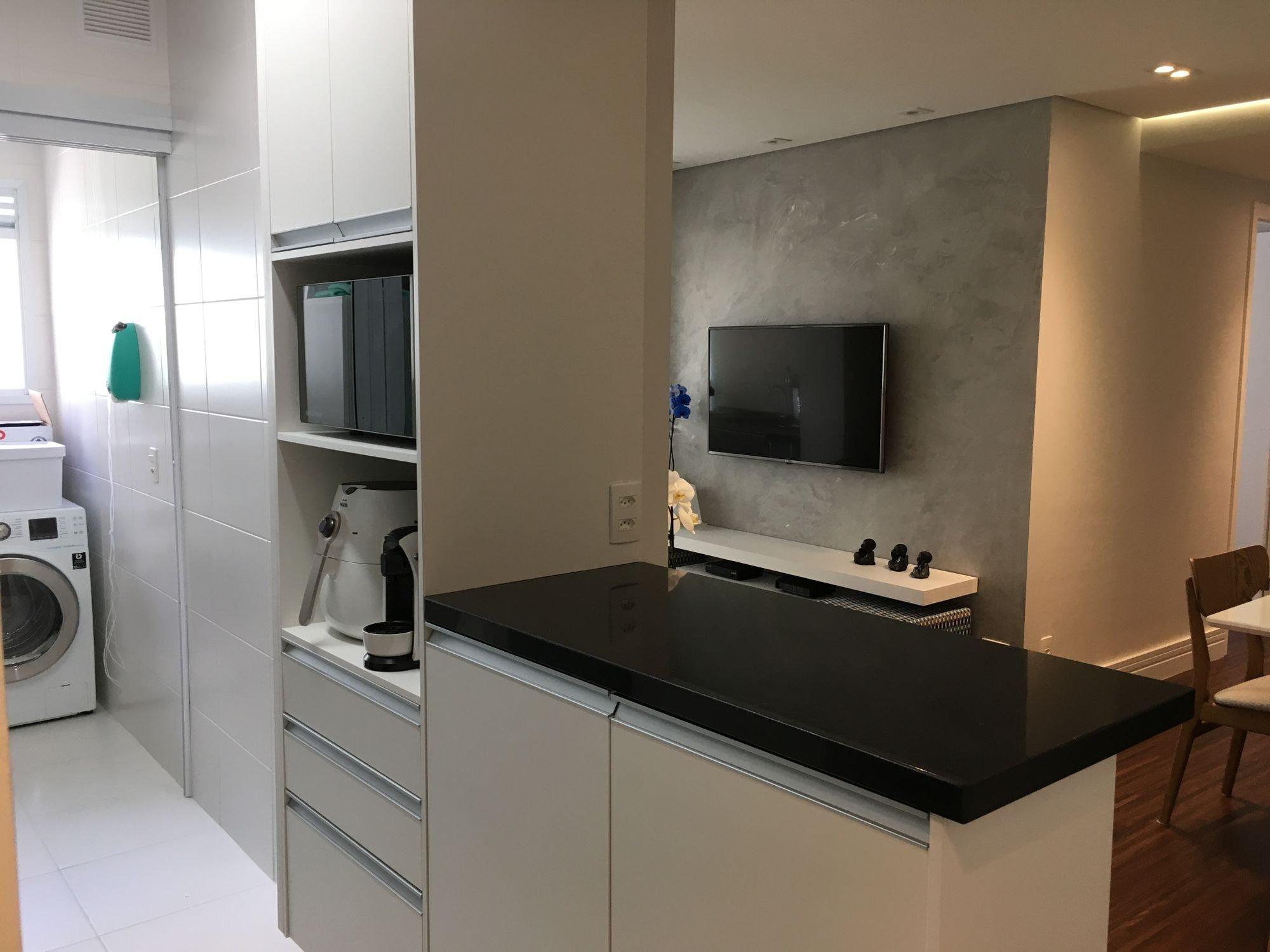 Foto de Cozinha com televisão, forno, cadeira, microondas