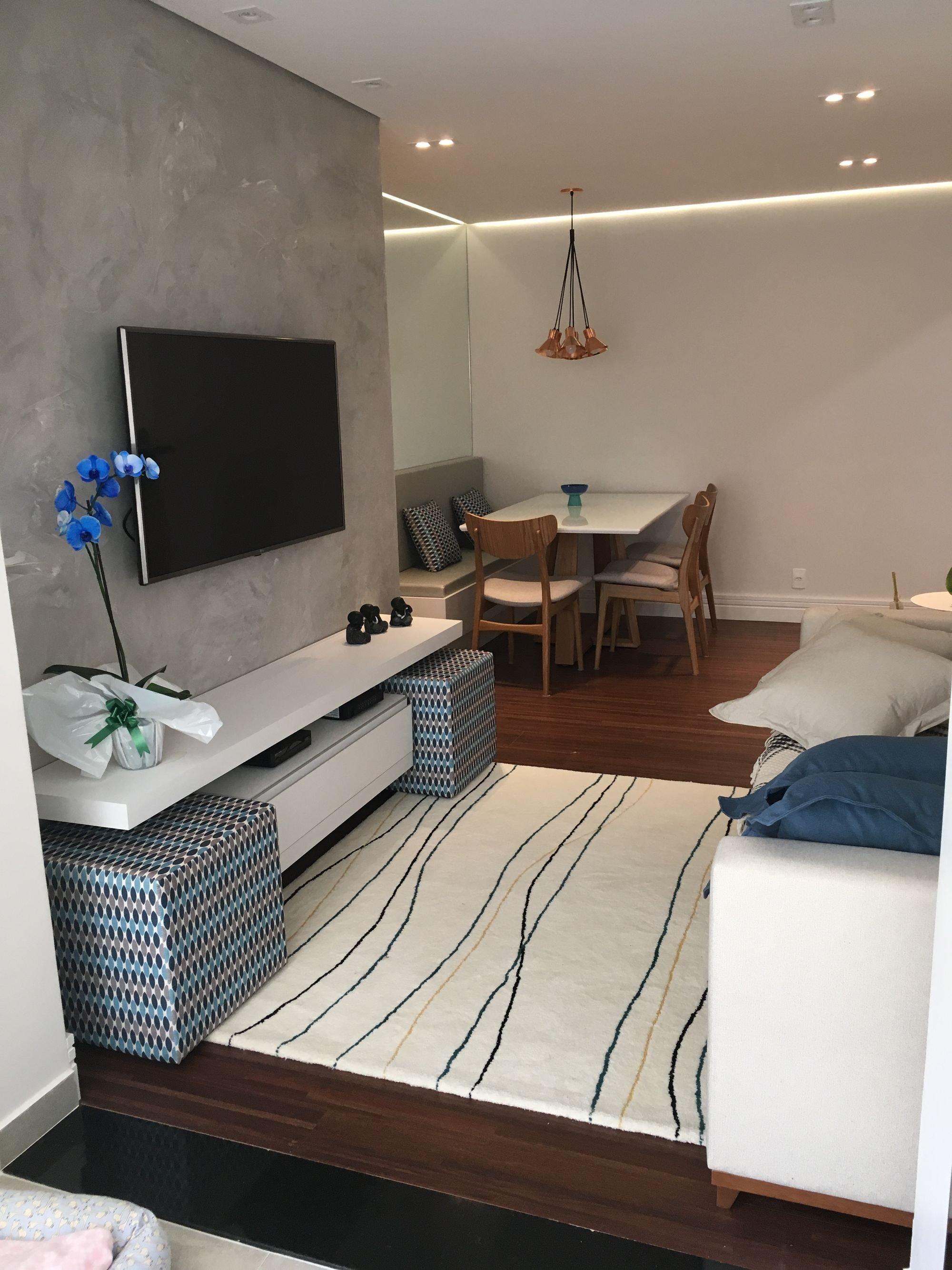 Foto de Sala com cama, vaso de planta, televisão, vaso, cadeira