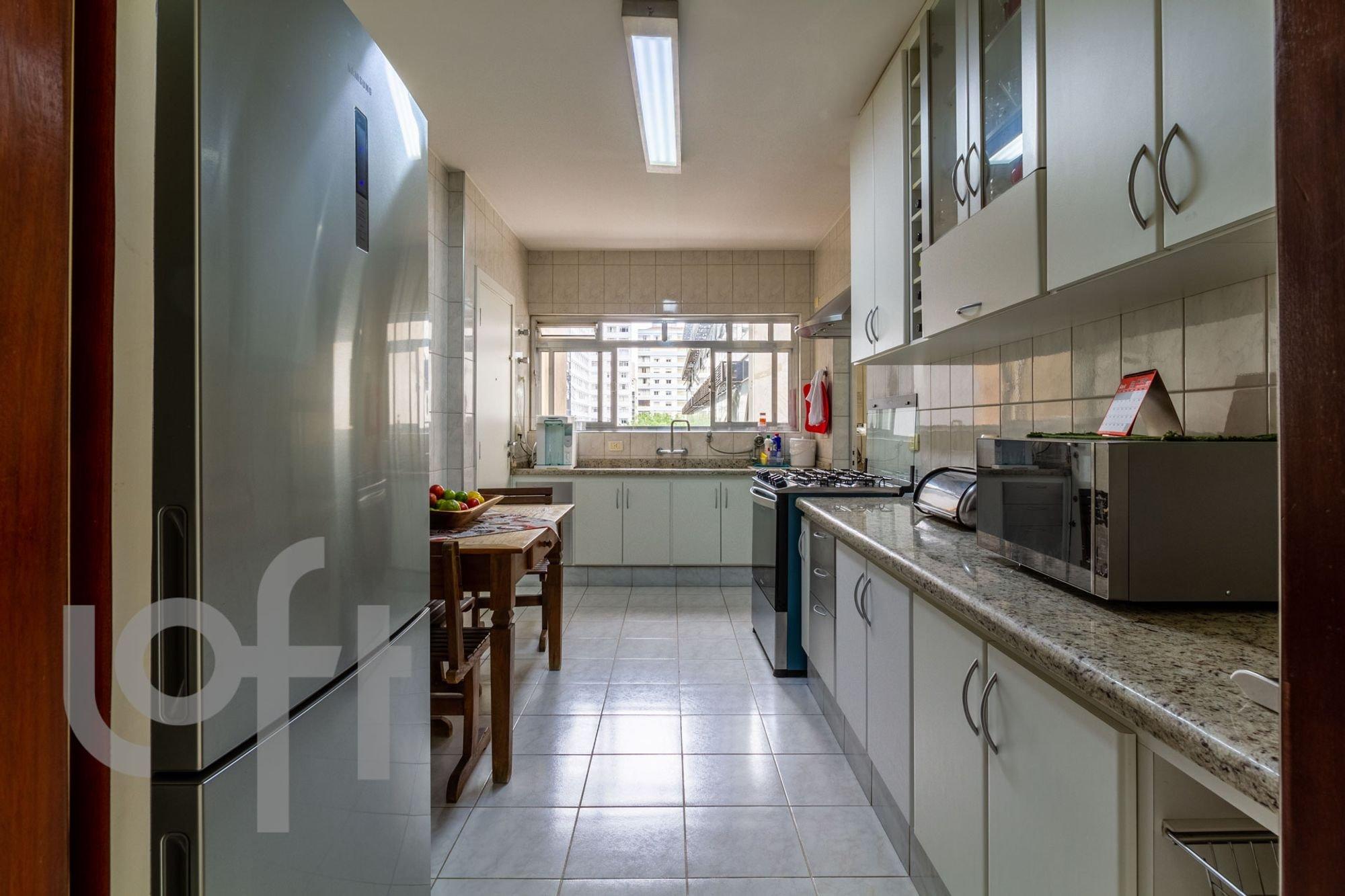 Foto de Cozinha com garrafa, tigela, microondas, mesa de jantar