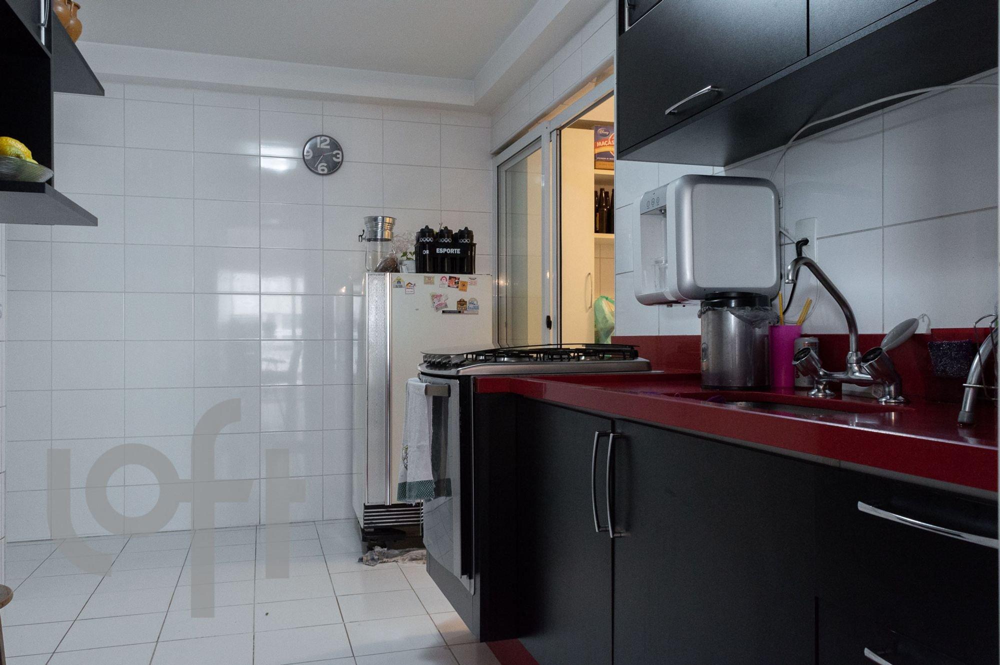 Foto de Cozinha com relógio, garrafa, forno, geladeira, pia