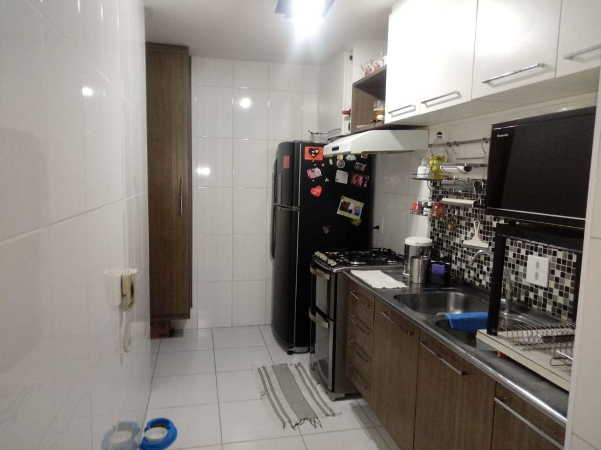 Foto de Cozinha com televisão, forno, geladeira, pia