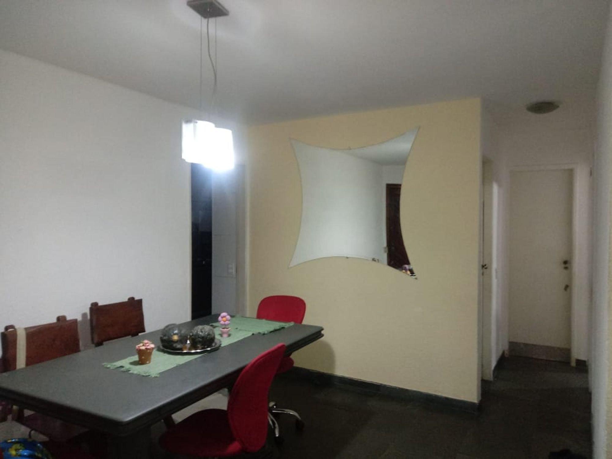 Foto de Sala com cadeira, mesa de jantar, xícara