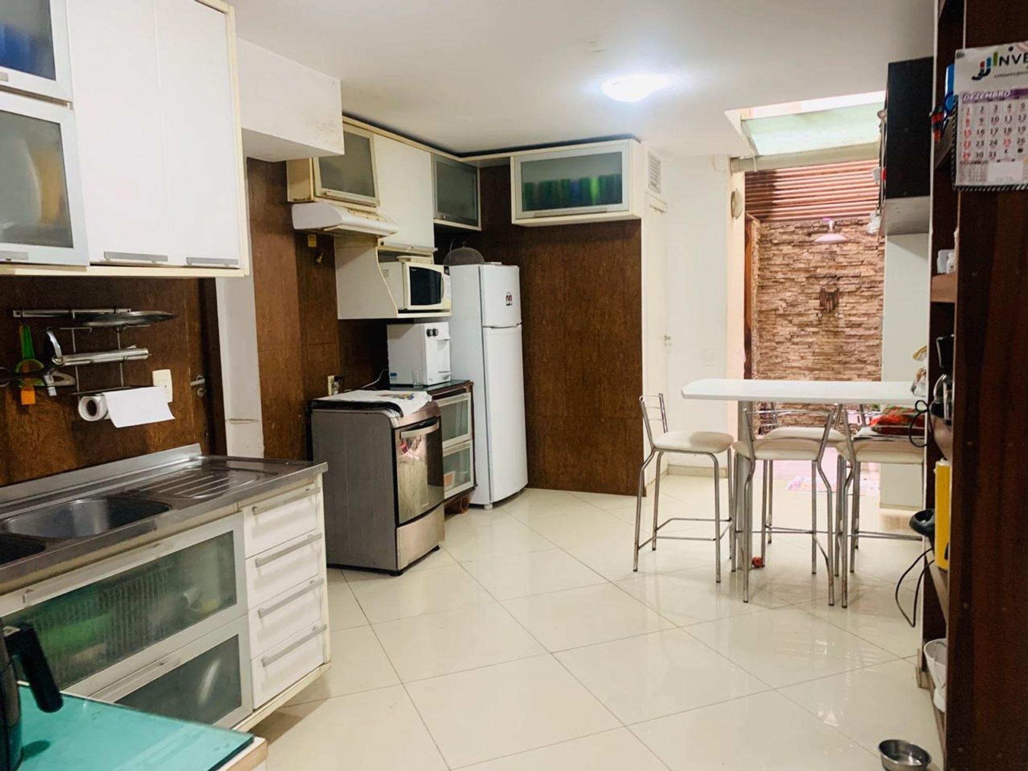 Foto de Cozinha com geladeira, cadeira, microondas, mesa de jantar