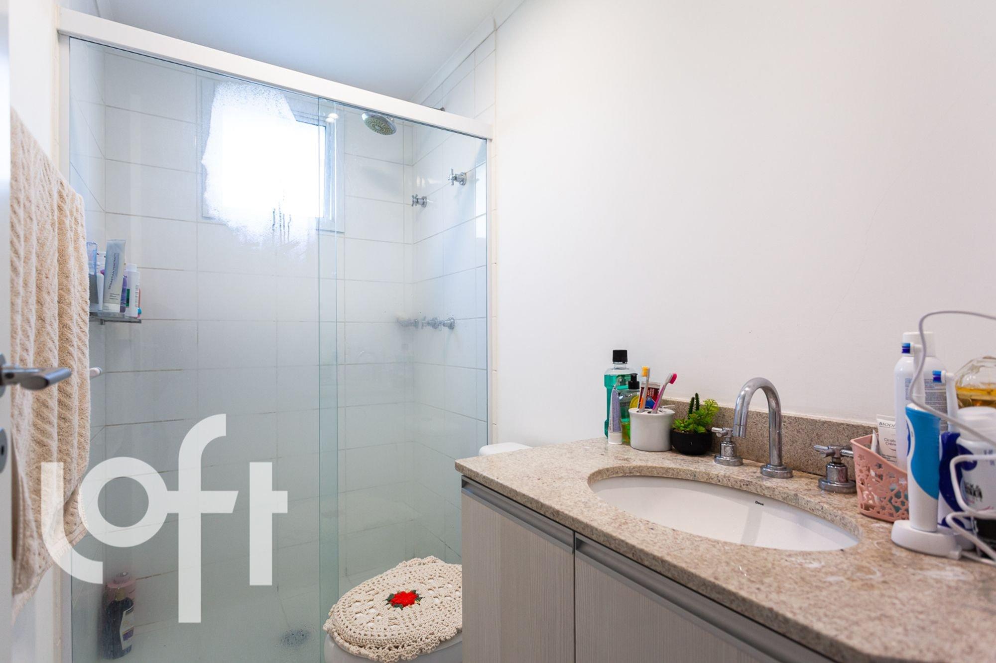 Foto de Banheiro com vaso de planta, escova de dente, pia, xícara