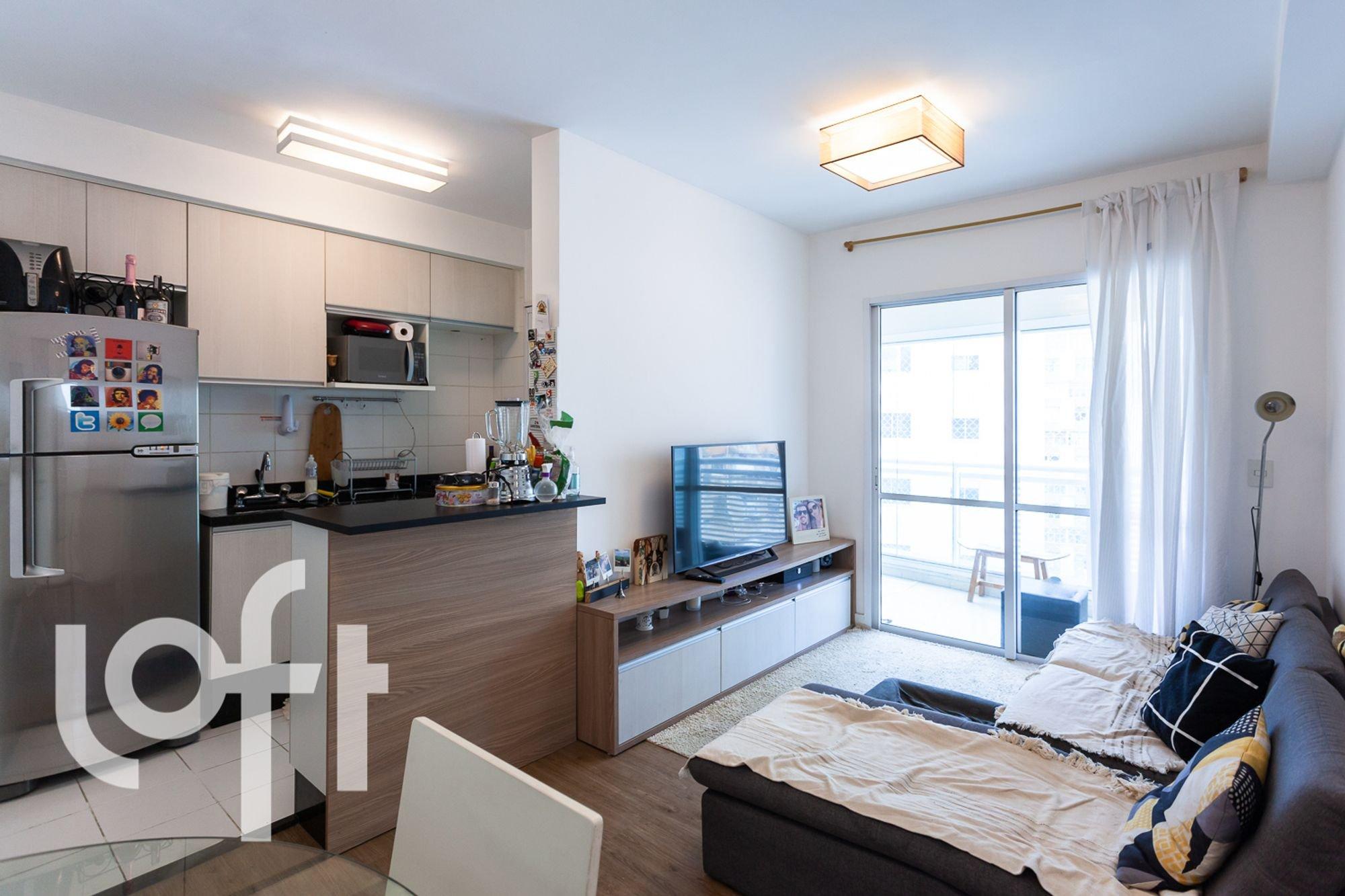Foto de Cozinha com cama, garrafa, geladeira, microondas